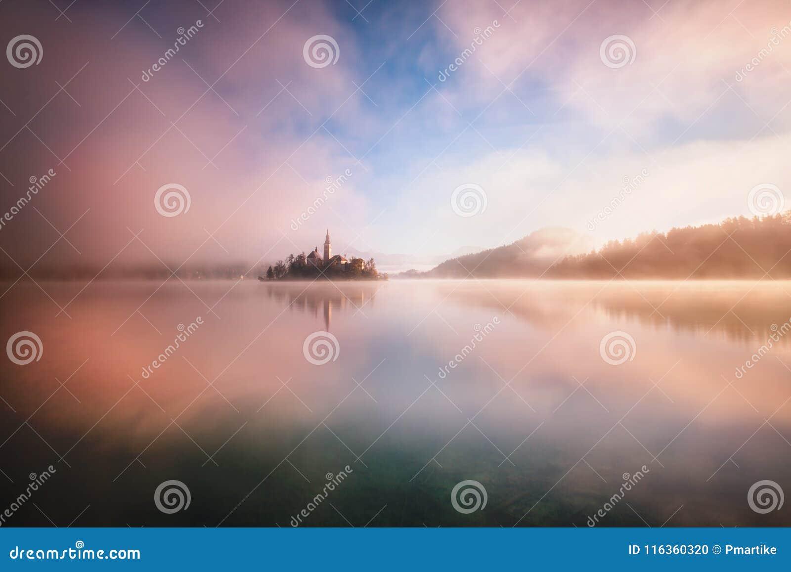 Кровоточенное озеро в surrise