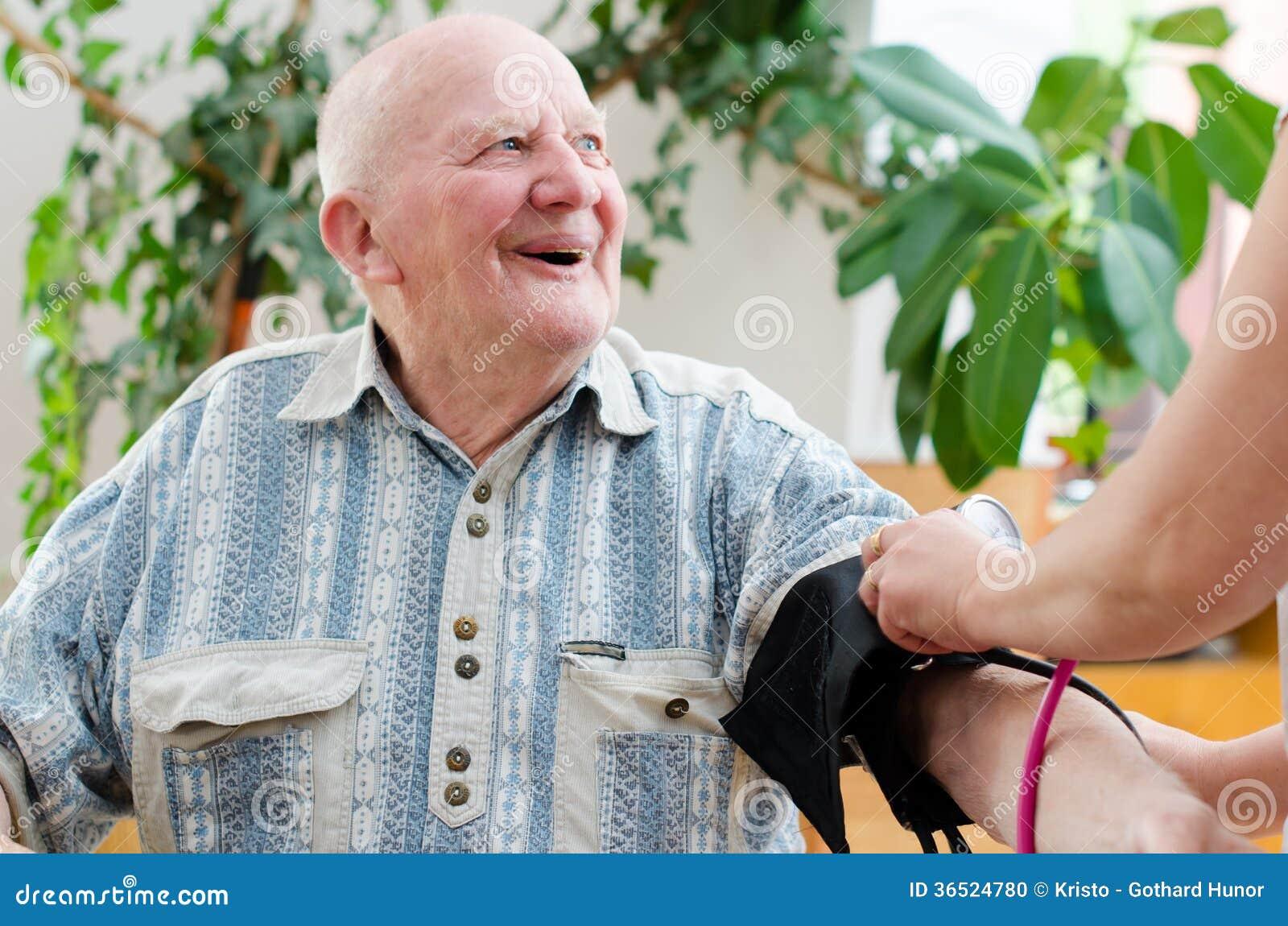 Кровяное давление старшего человека