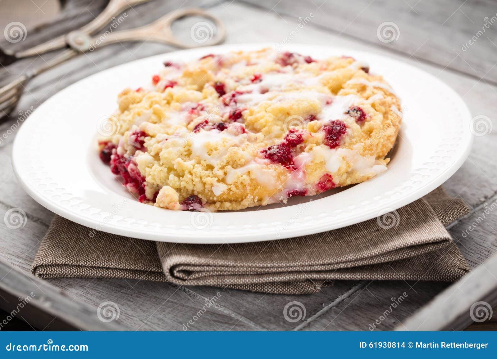 Крошите торт с красными смородинами