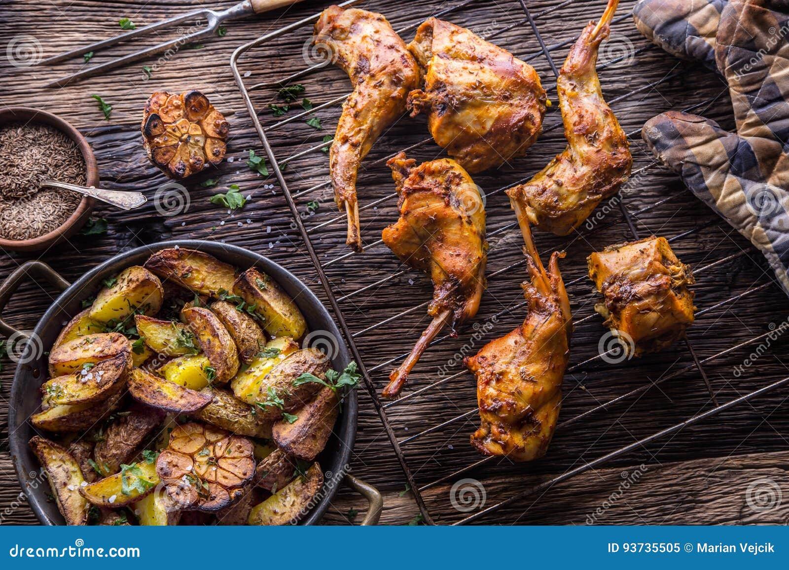 Кролик Зажаренные в духовке куски кролика с американским чесноком картошек spices соль, тимон перца и пиво проекта Кухня зверолов