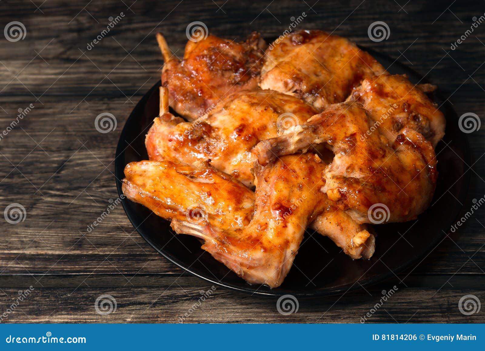 Кролик испек в печи в красном соусе