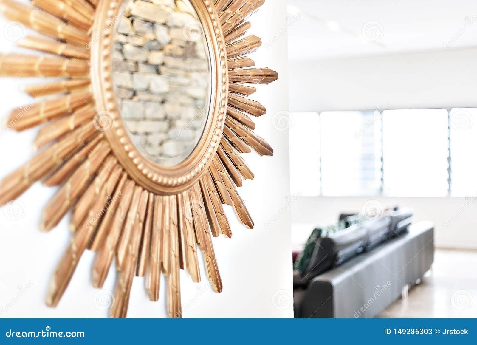 Круглое зеркало на стене с деревянными прикрепленными частями