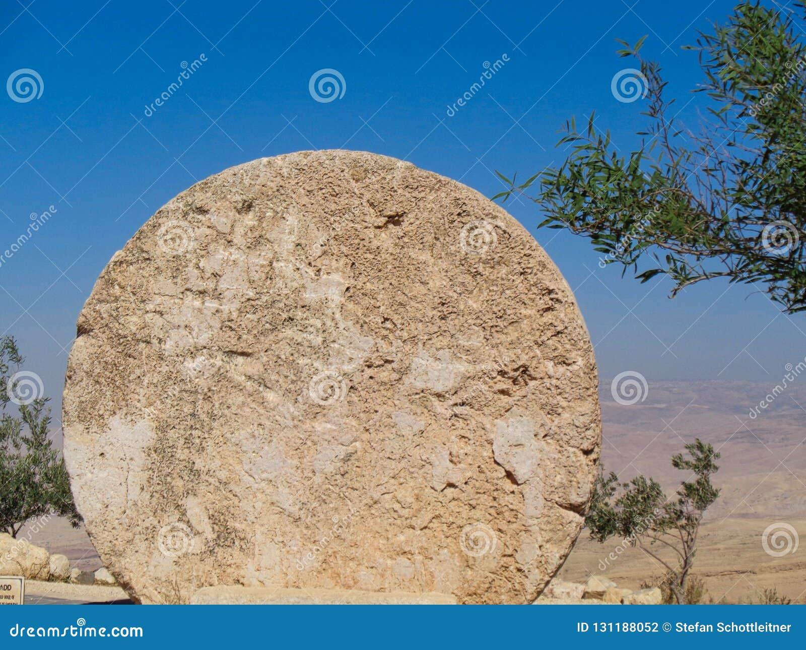 круглый камень в мемориале christ