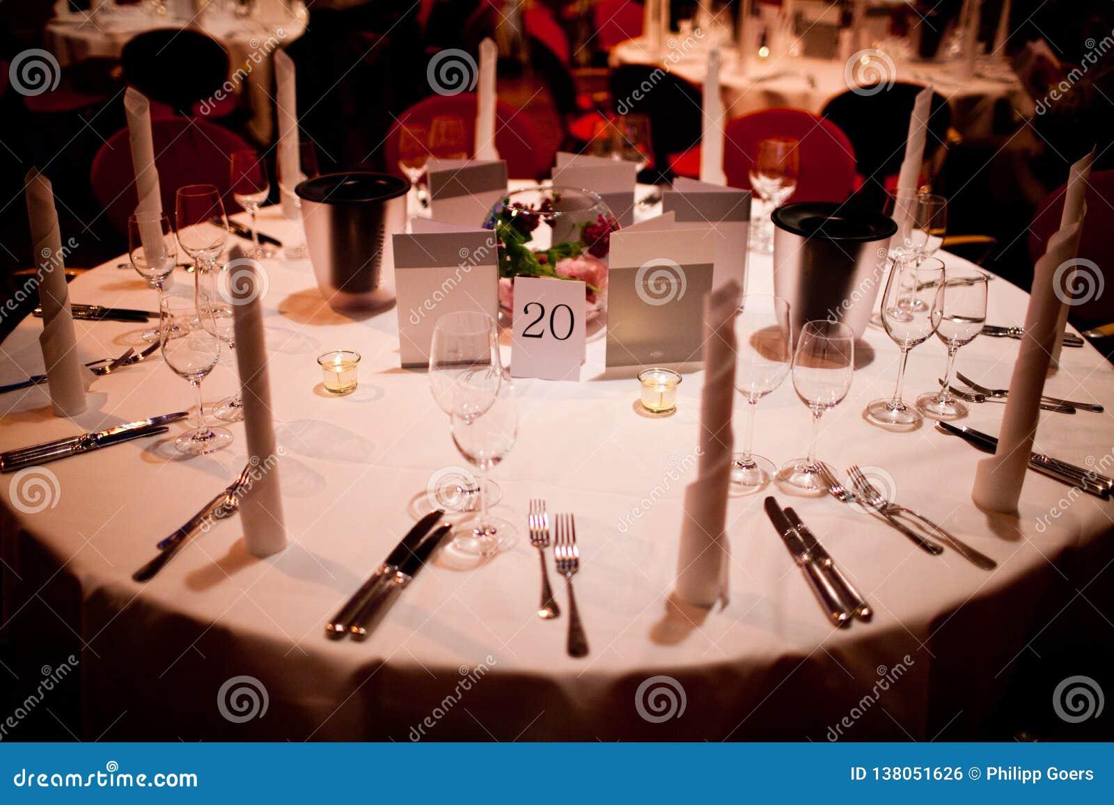 Круглый стол с украшением таблицы