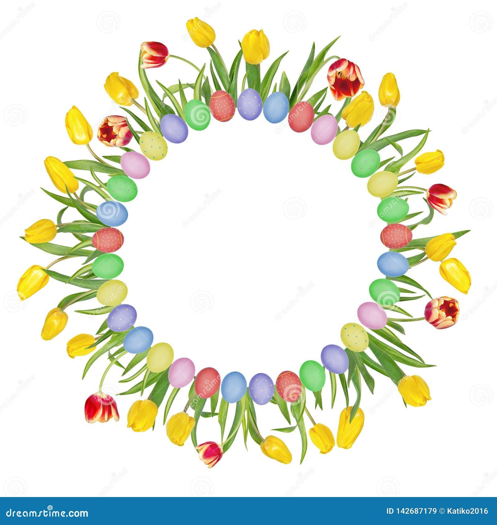 Круговая флористическая рамка сделанная из красивых красных и желтых тюльпанов и красочных пасхальных яя r