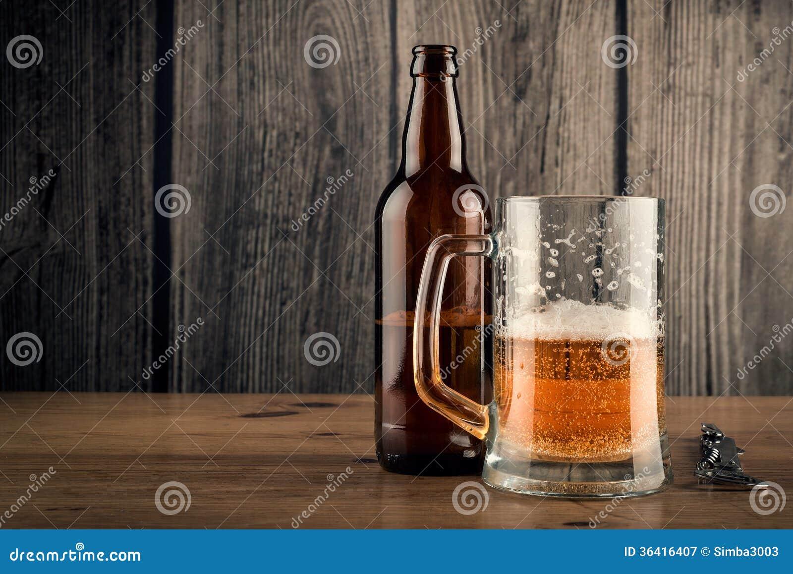 Кружка и пивная бутылка пива