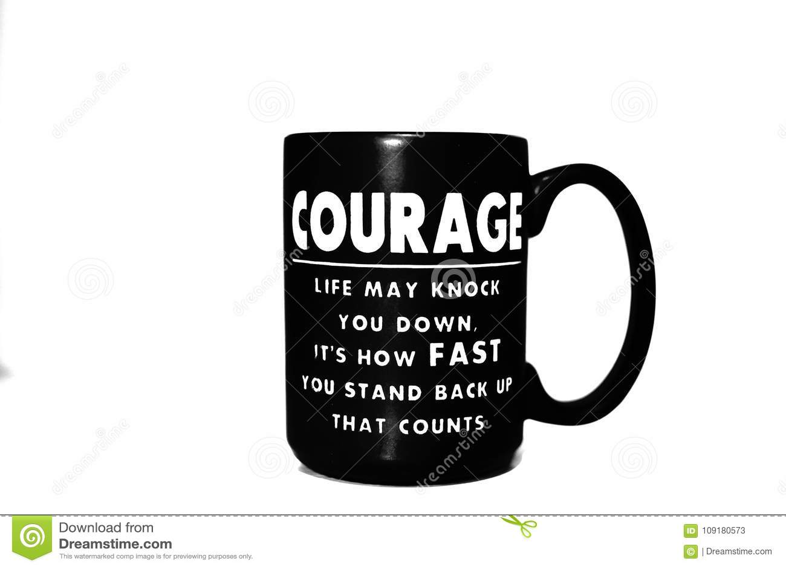 Кружка черного кофе с вдохновляющей цитатой