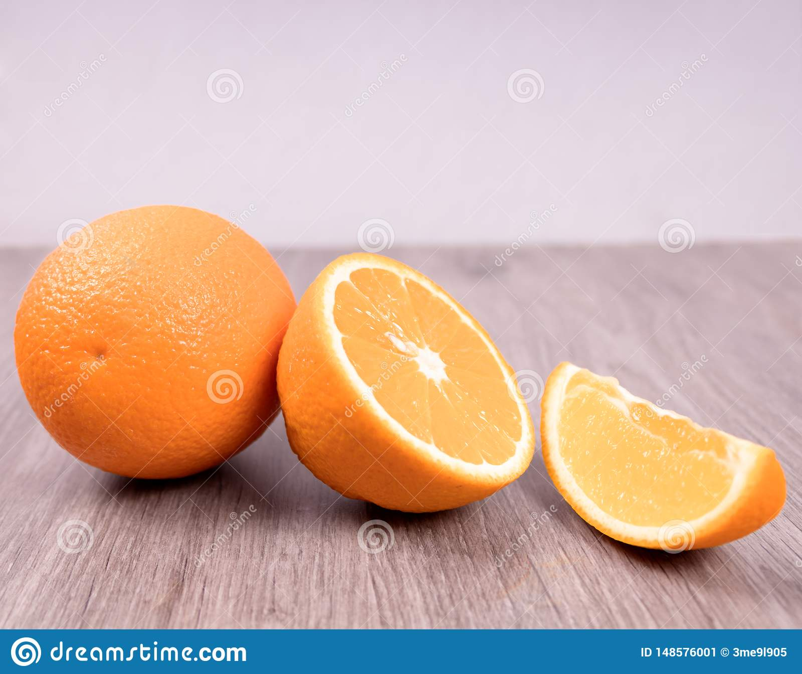 Крупный план апельсинов на деревянном столе с белой предпосылкой