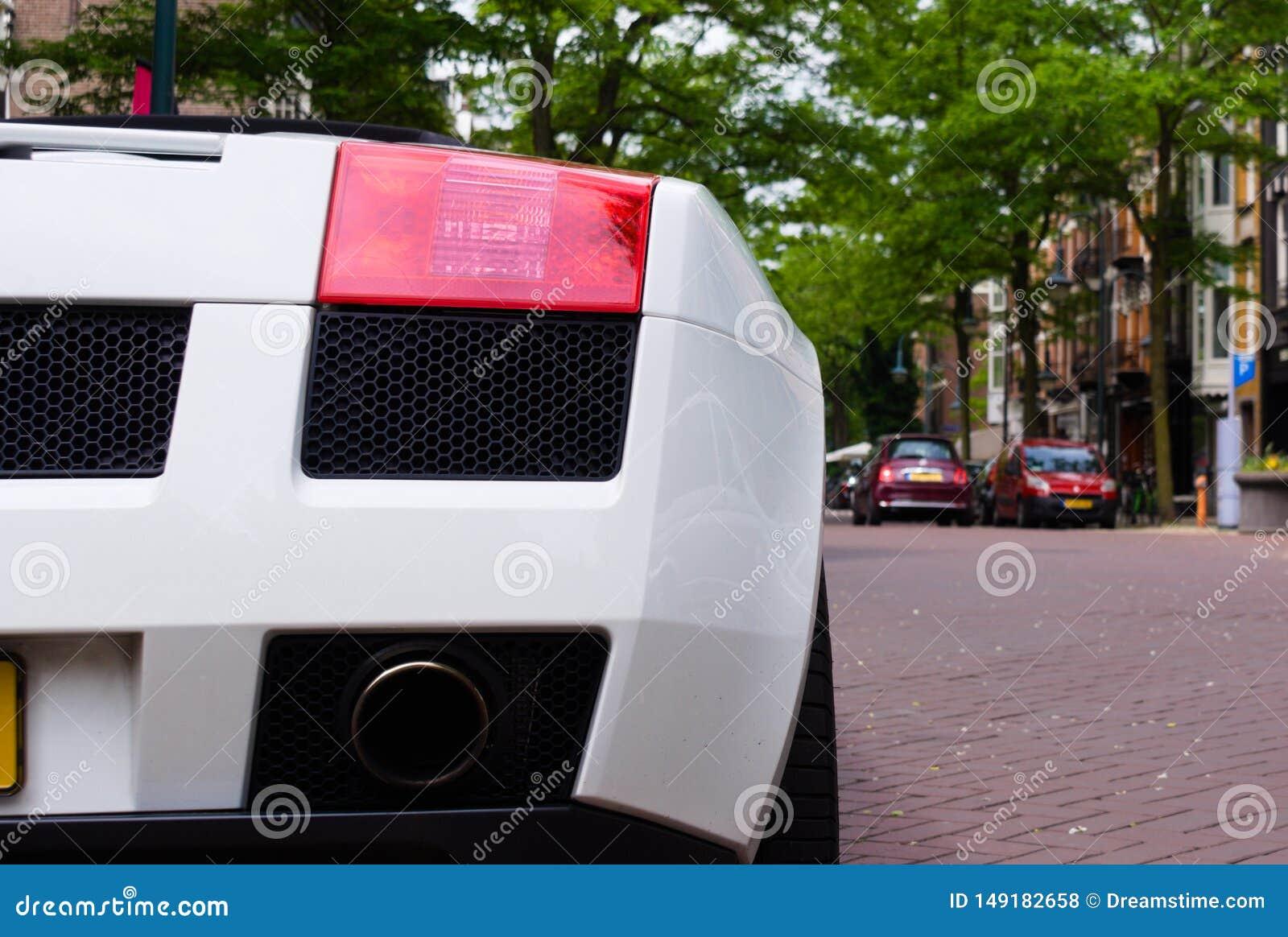Крупный план белого супер автомобиля припаркованного в улице