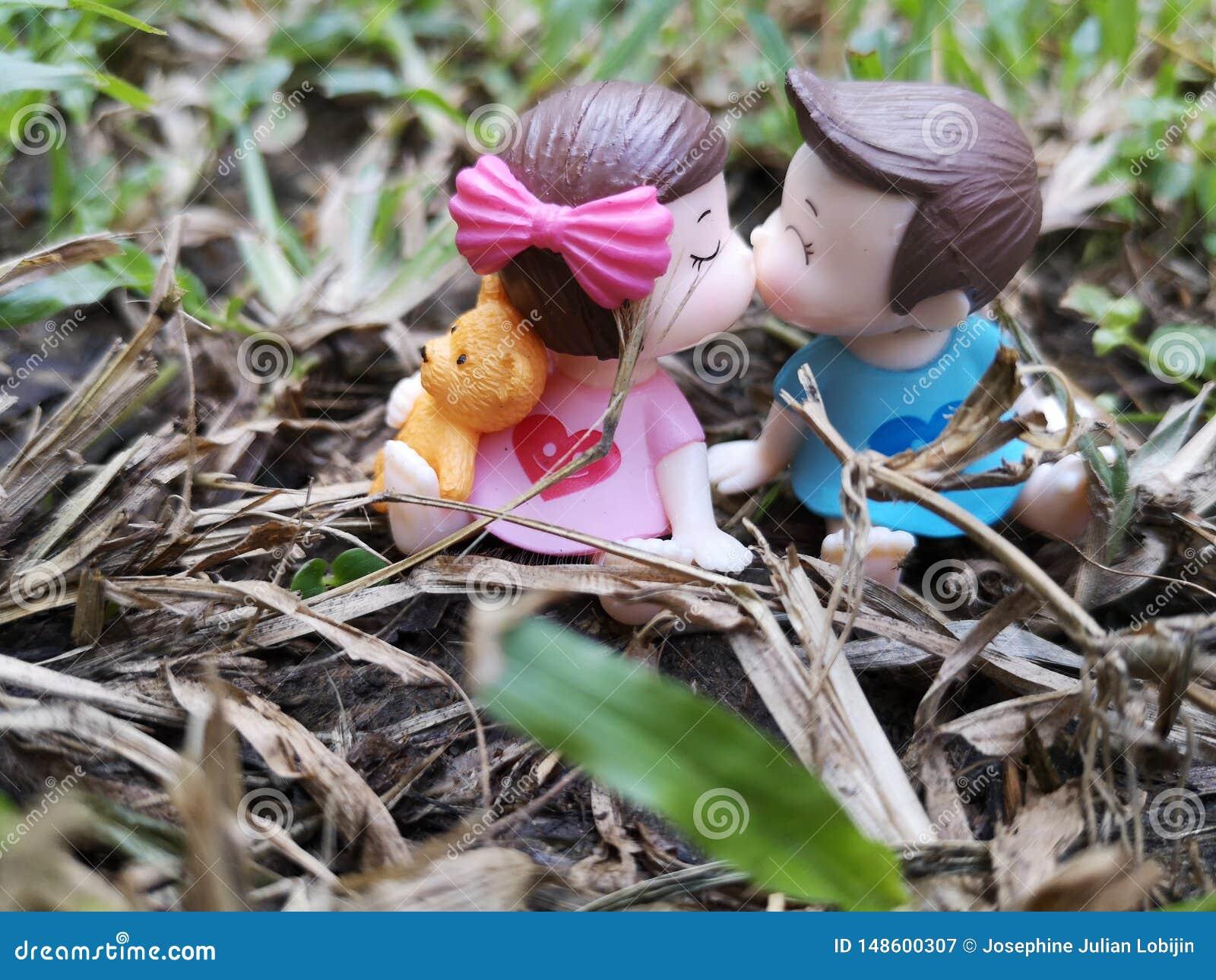 Крупный план и съемка макроса миниатюрных целуя младенцев в саде