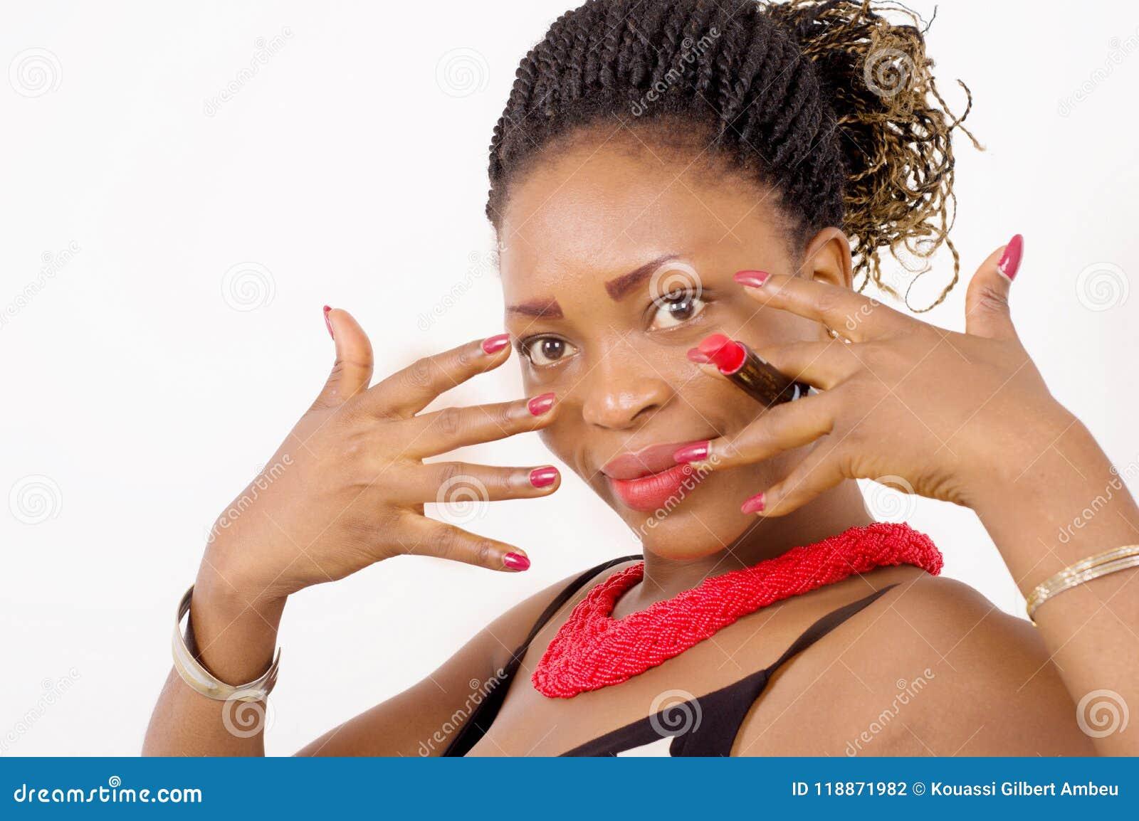 Крупный план красивой Афро-американской женщины показывая ее ногти va
