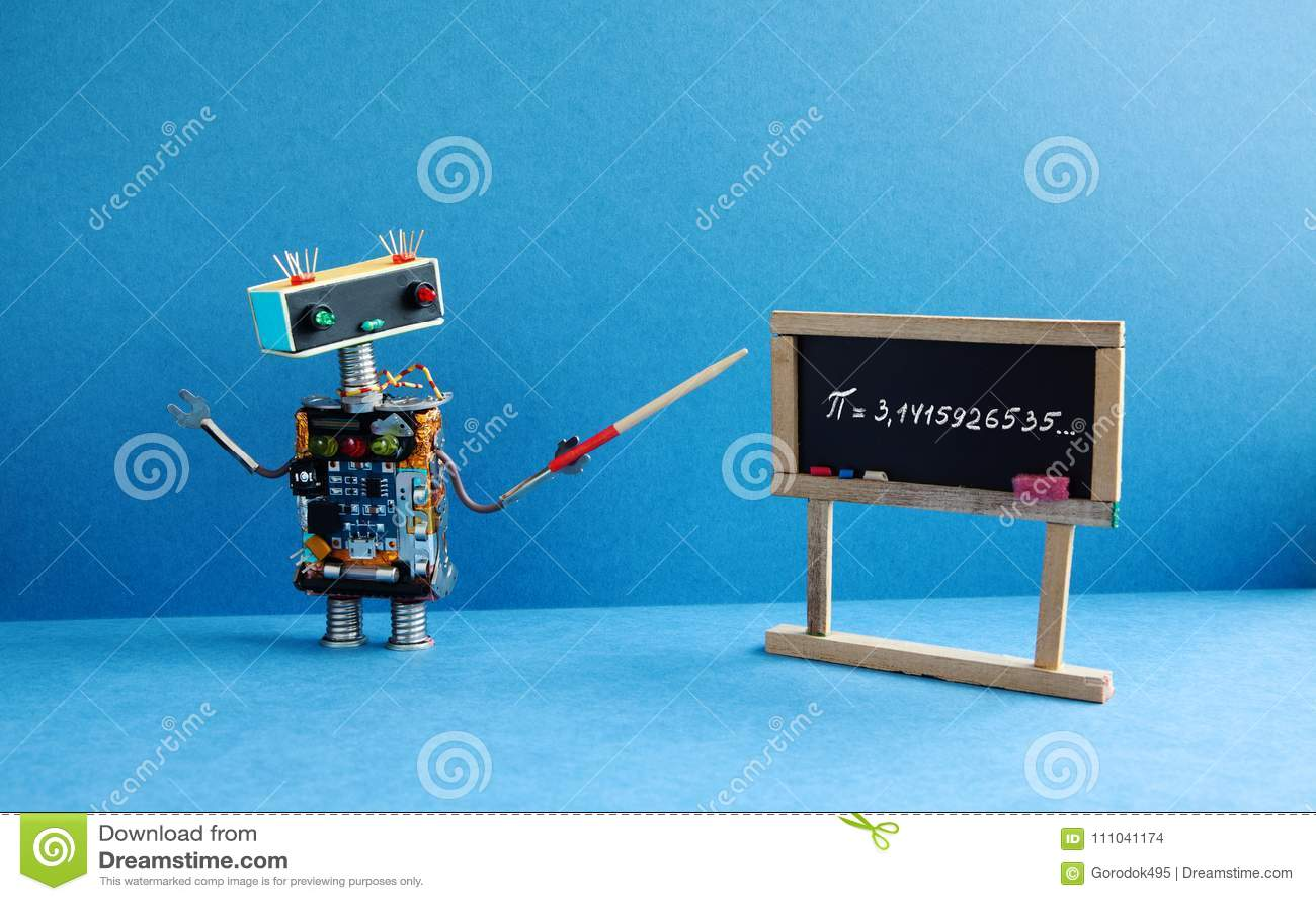 крупный план подсчитывая математику урока нумерует студента Профессор робота объясняет 3 математически константы Pi нерациональны