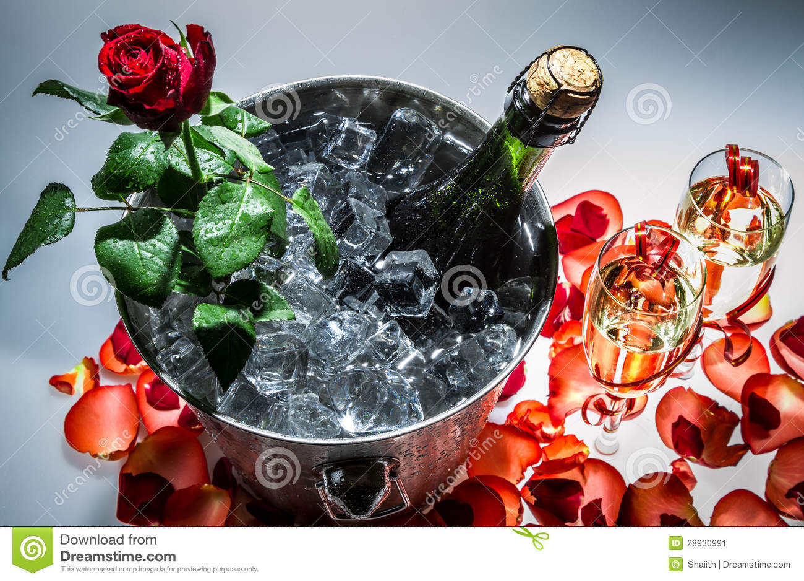 Крупный план розы и шампанского красного цвета