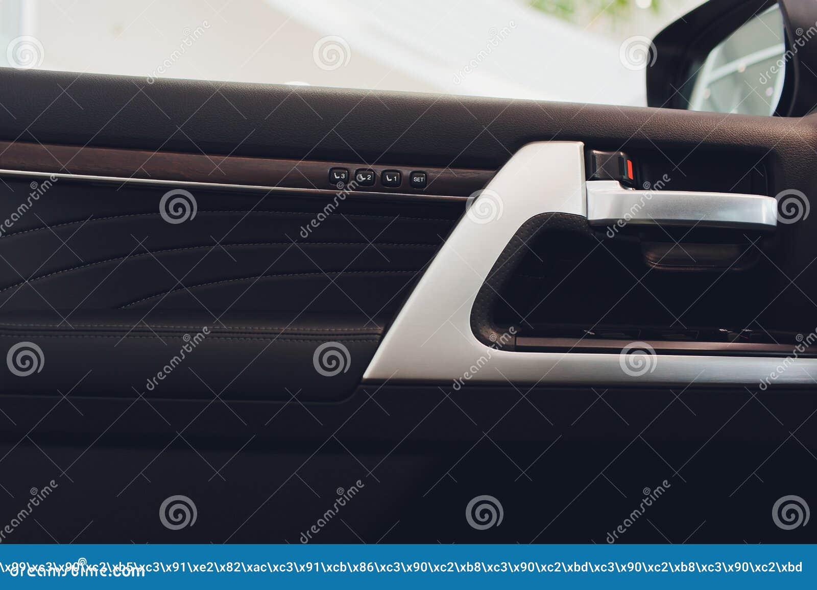 Крупный план ручки автомобильной двери, интерьера автомобиля плакировка