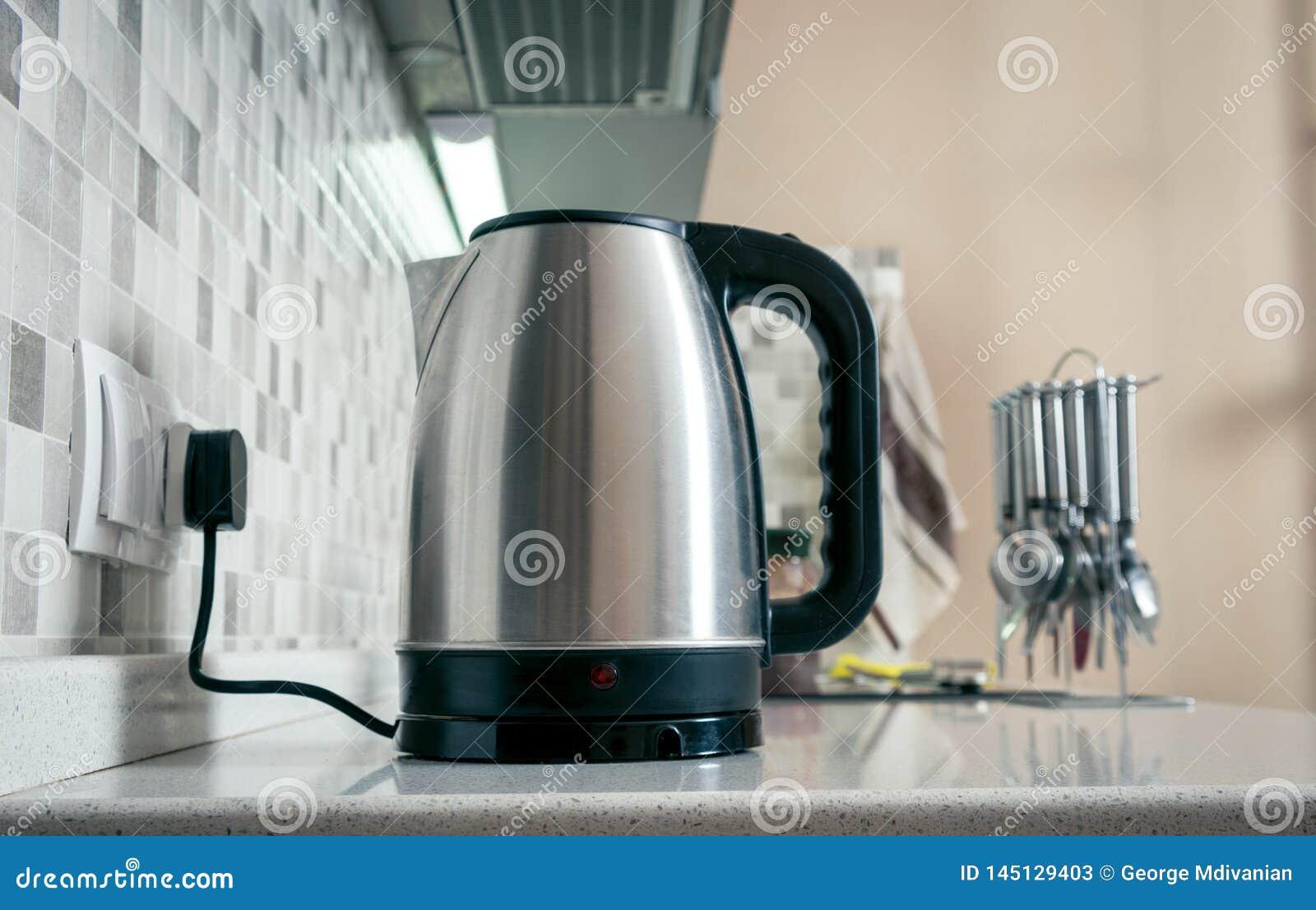 Крупный план чайника в кухне