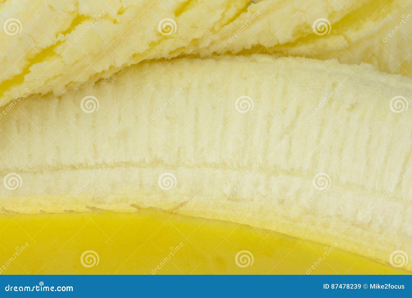 Крупный план банана показывая endocarp съестную часть и, который слези назад снимает кожу с