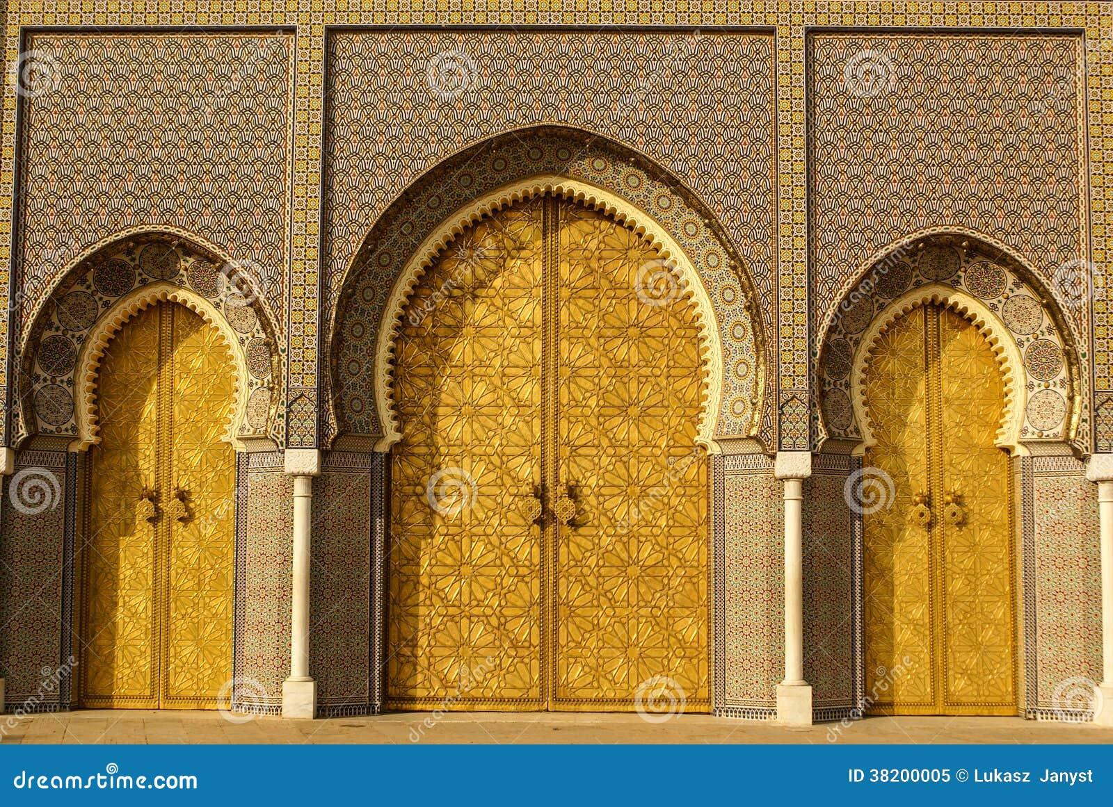 Крупный план 3 богато украшенных дверей латуни и плитки к королевскому дворцу в Fez,