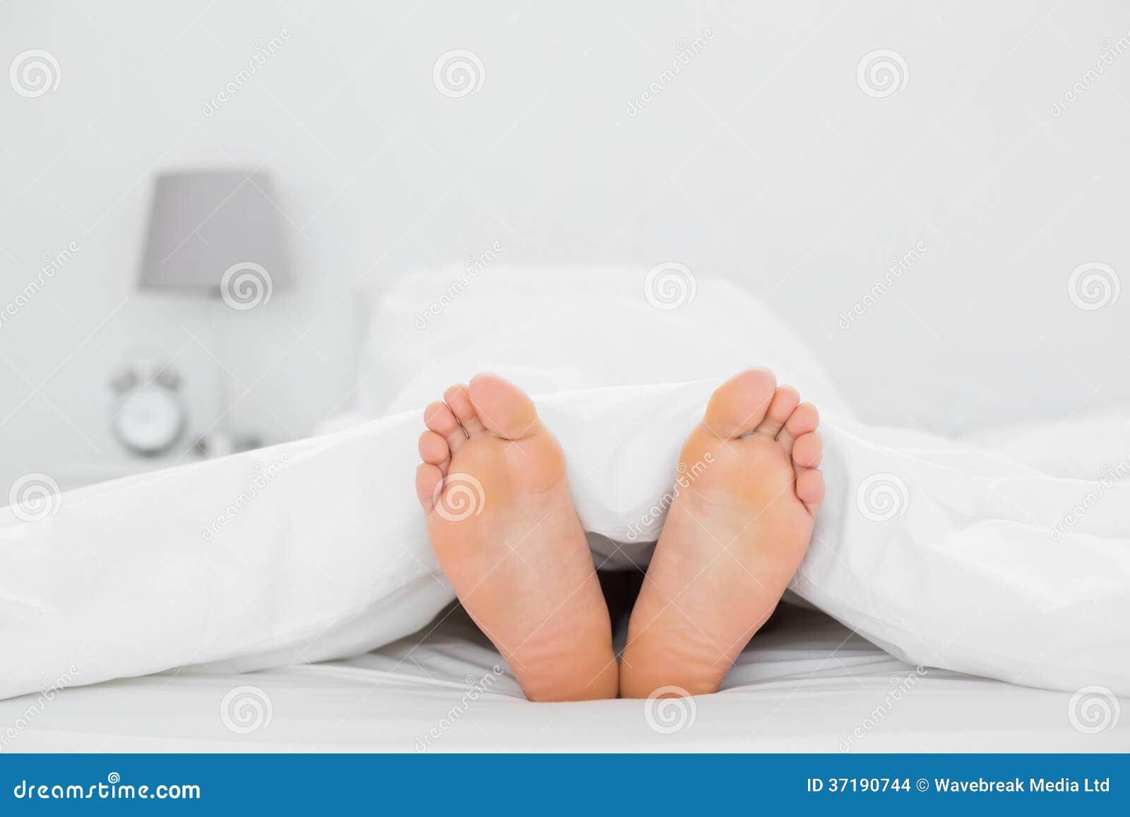 Фото ног в кровате 4 фотография