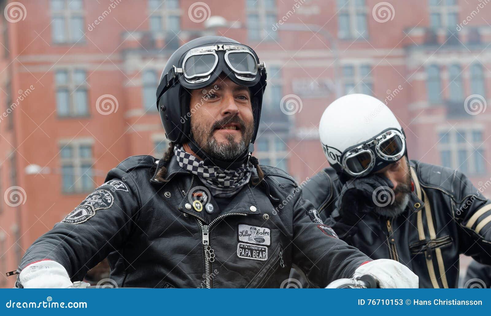 Крупный план 2 велосипедистов нося кожаные одежды