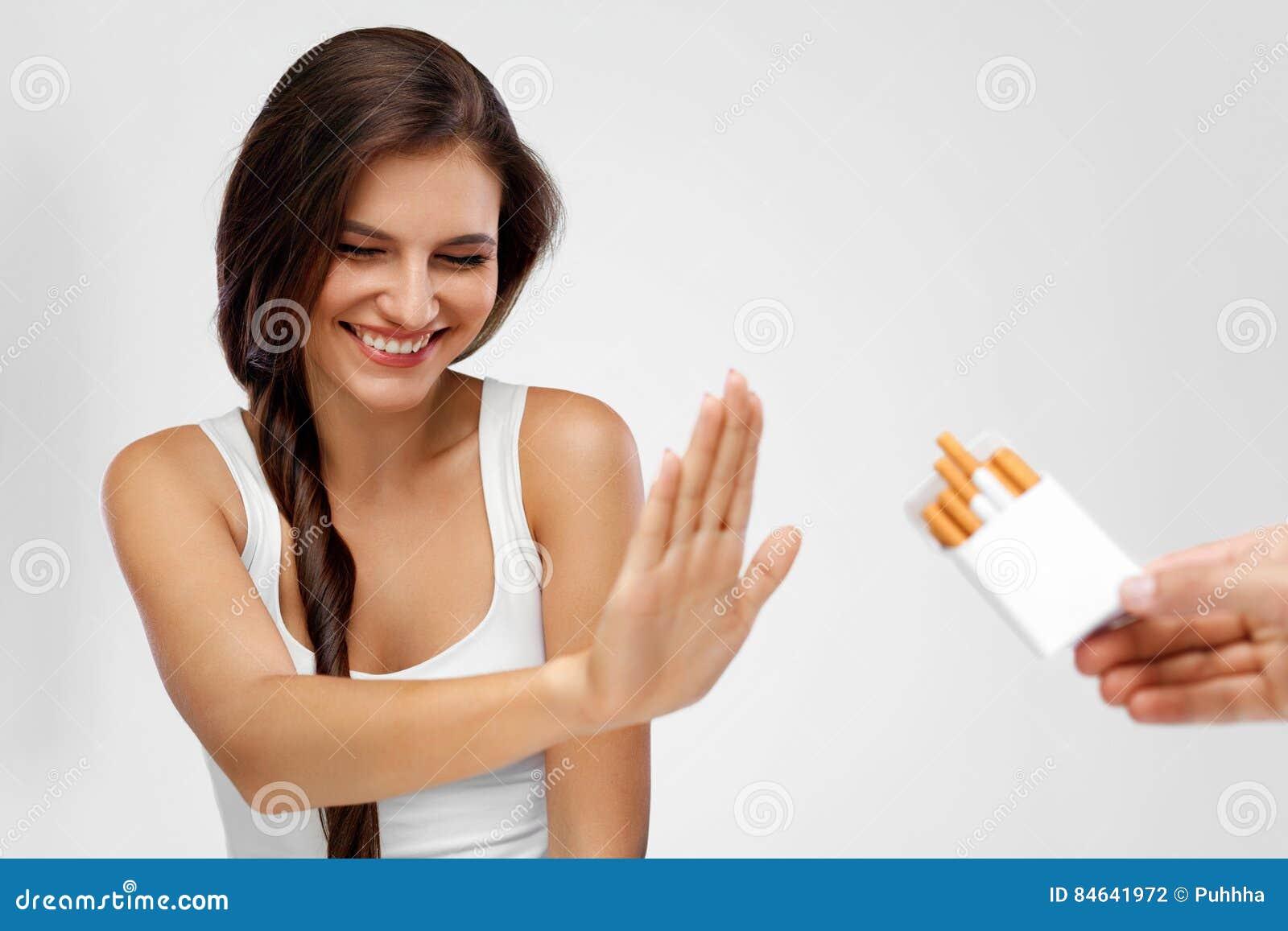 Крупный план женщины давая вверх куря сигареты лента измерения здоровья принципиальной схемы яблока