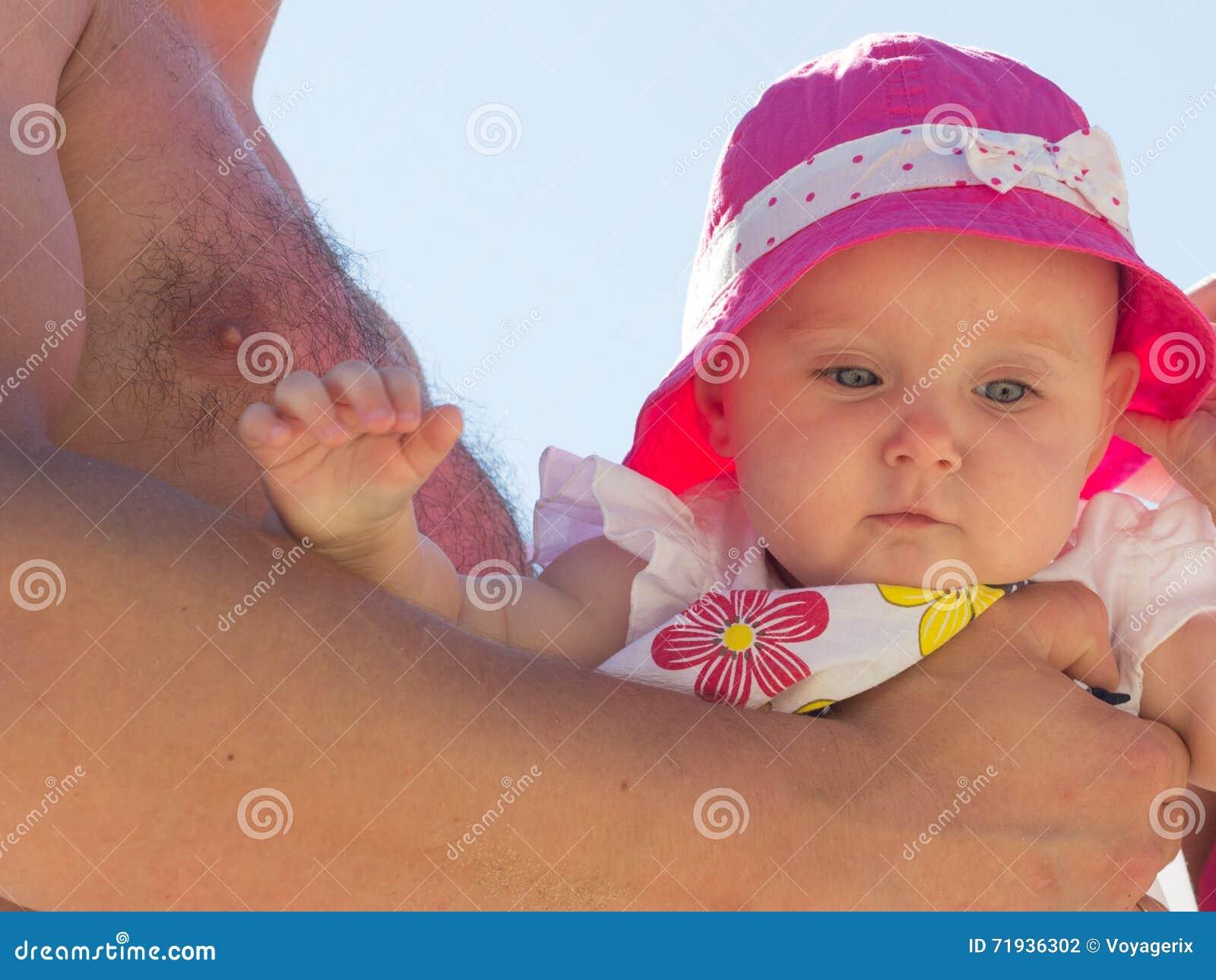 Крупный план маленького младенца в родительских руках