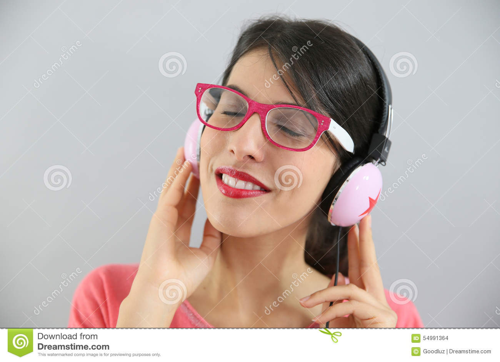 Крупный план молодой женщины слушая к музыке