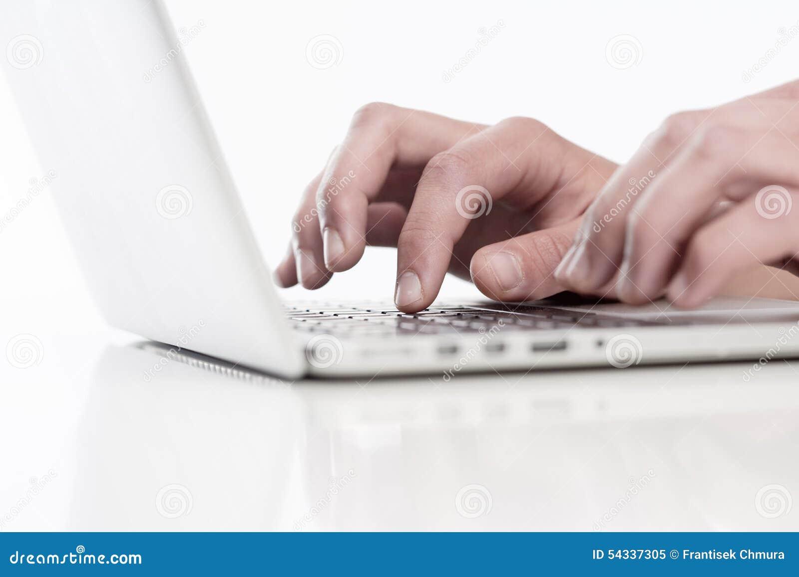 Крупный план пальцев используя клавиатуру