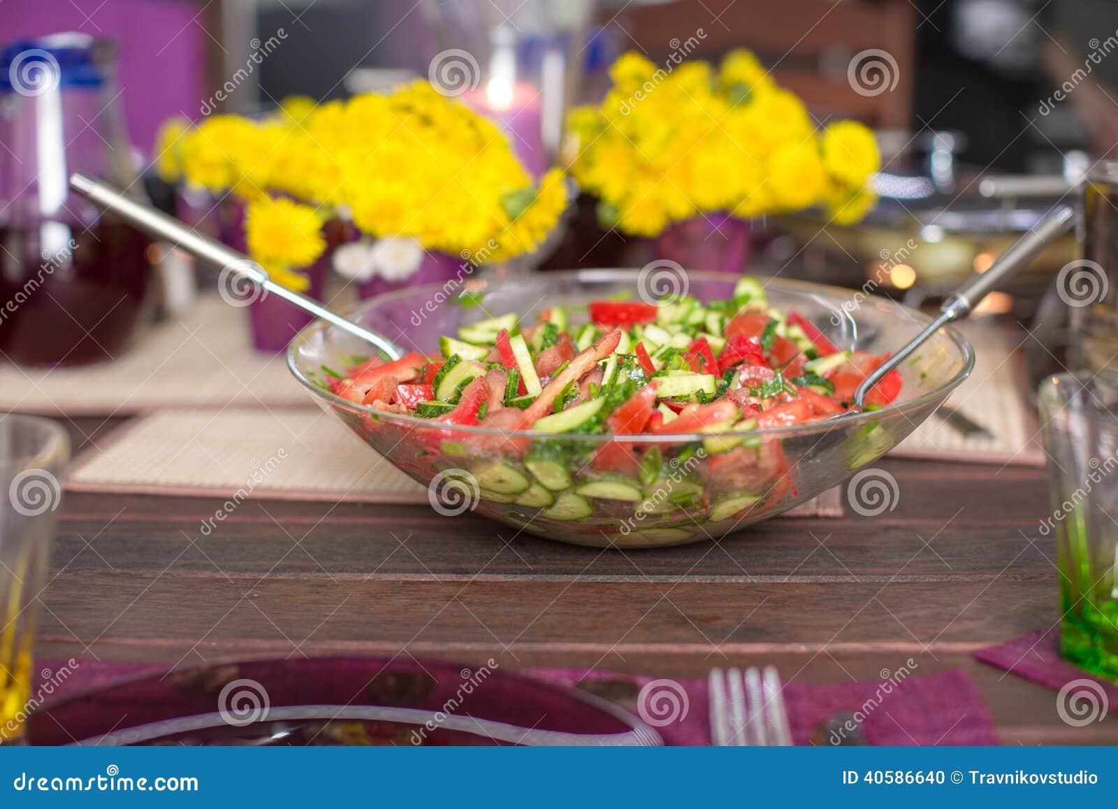 Крупный план плиты с салатом на украшенной таблице