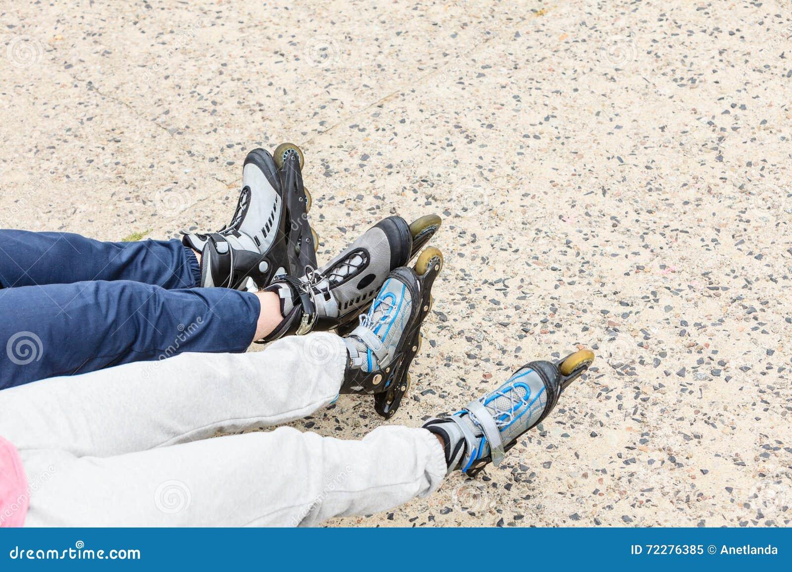 Download Крупный план друзей людей с коньками ролика Стоковое Изображение - изображение насчитывающей женщина, отдыхать: 72276385