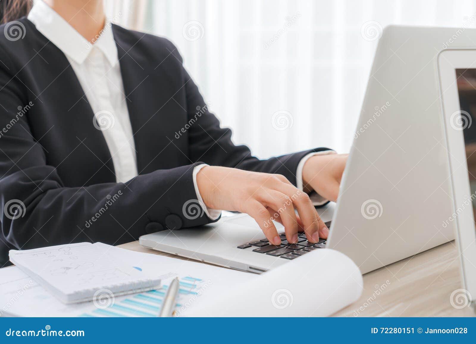 Download Крупный план руки бизнес-леди печатая на клавиатуре компьтер-книжки Стоковое Изображение - изображение насчитывающей свет, работа: 72280151