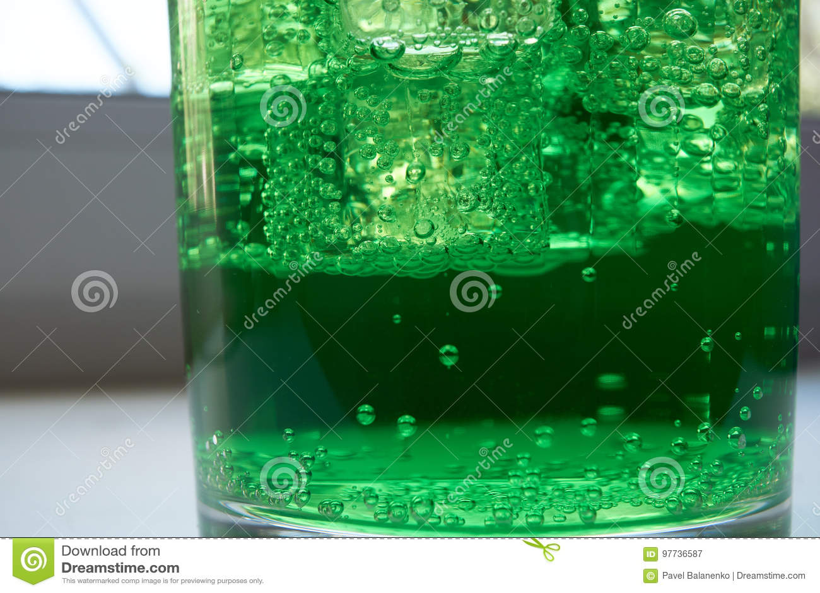 Крупный план снятый зеленой аэрированной воды