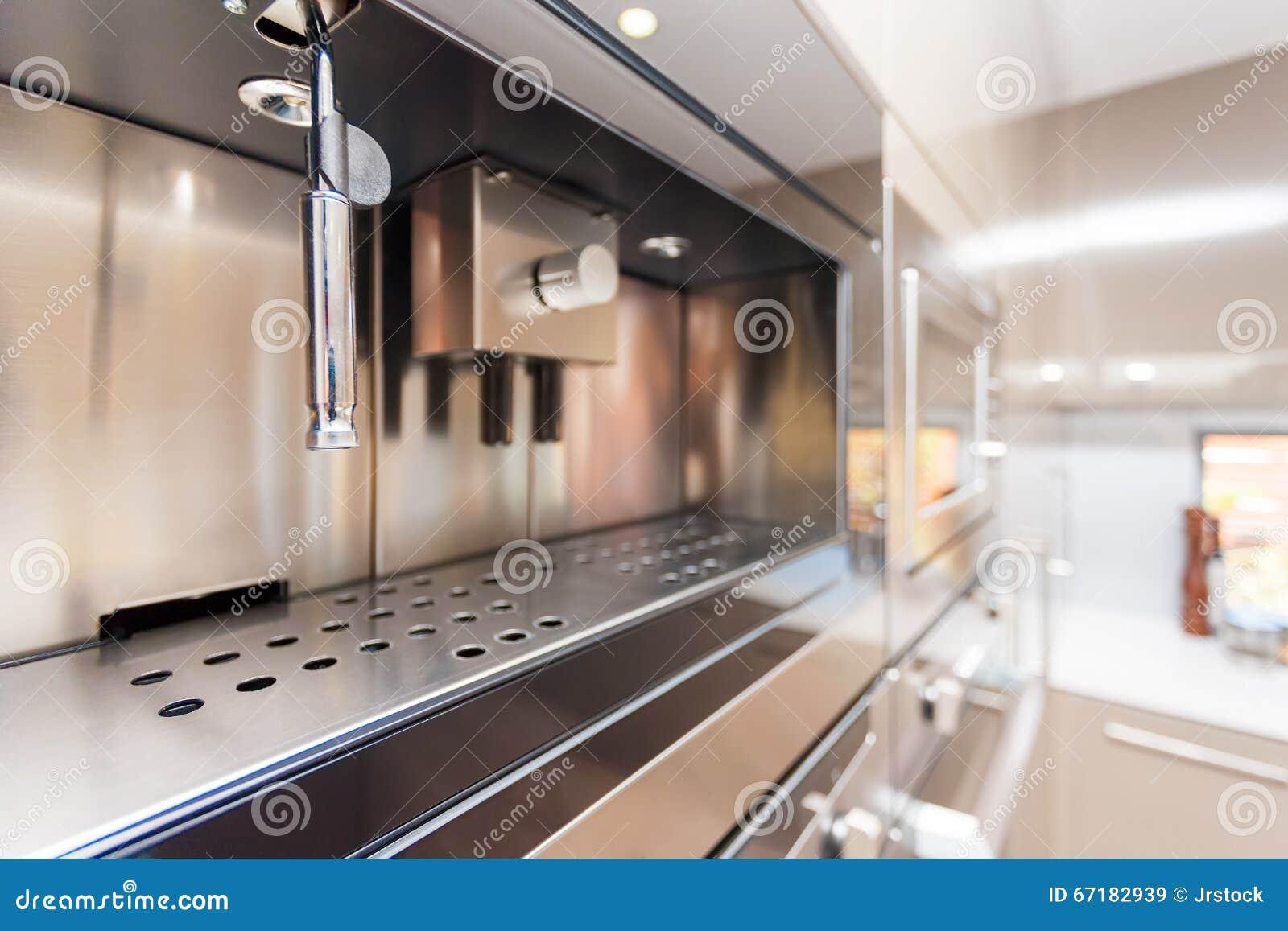 Крупный план современной печи стены в кухне