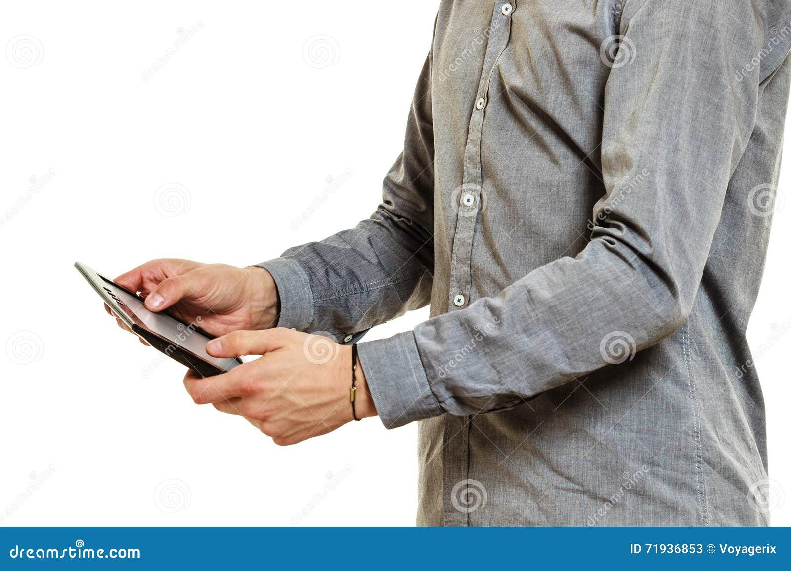 Крупный план человека используя интернет просматривать таблетки ПК