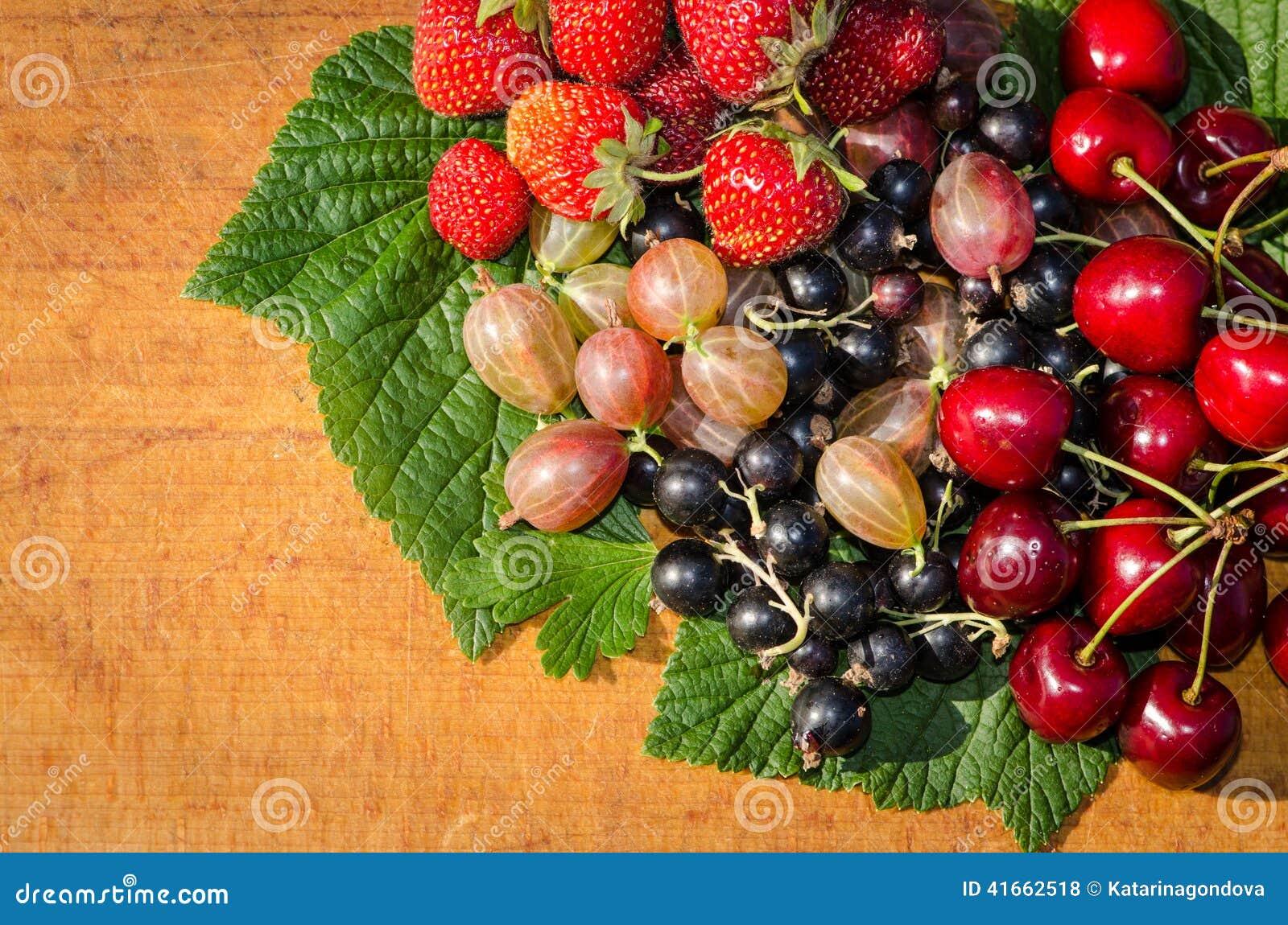 Крыжовник, клубника, вишня и blackcurrant