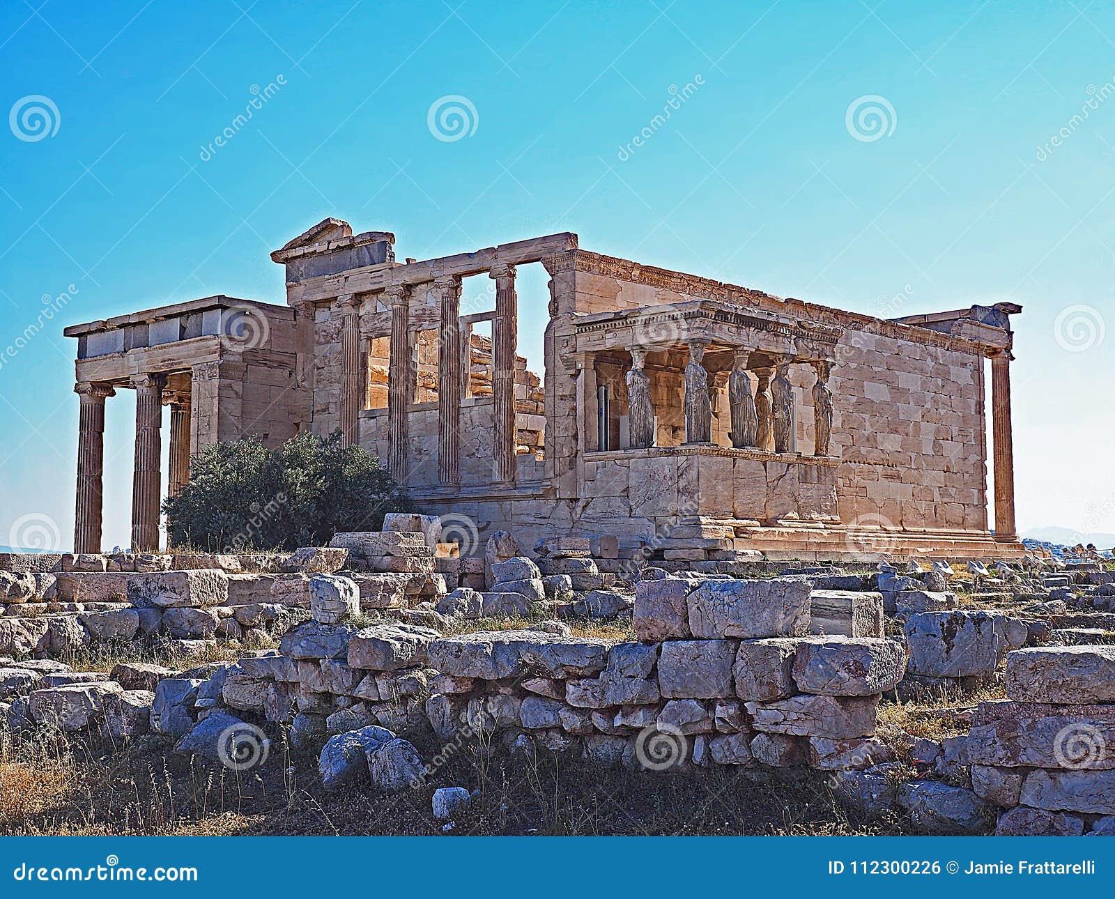 Крылечко кариатид и Erecthion на акрополе в Афинах, Греции