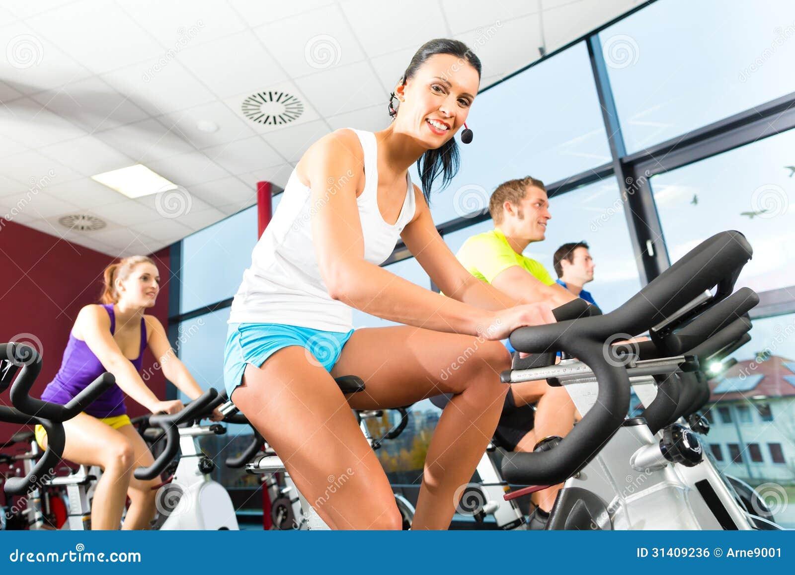 Крытое bycicle задействуя в спортзале
