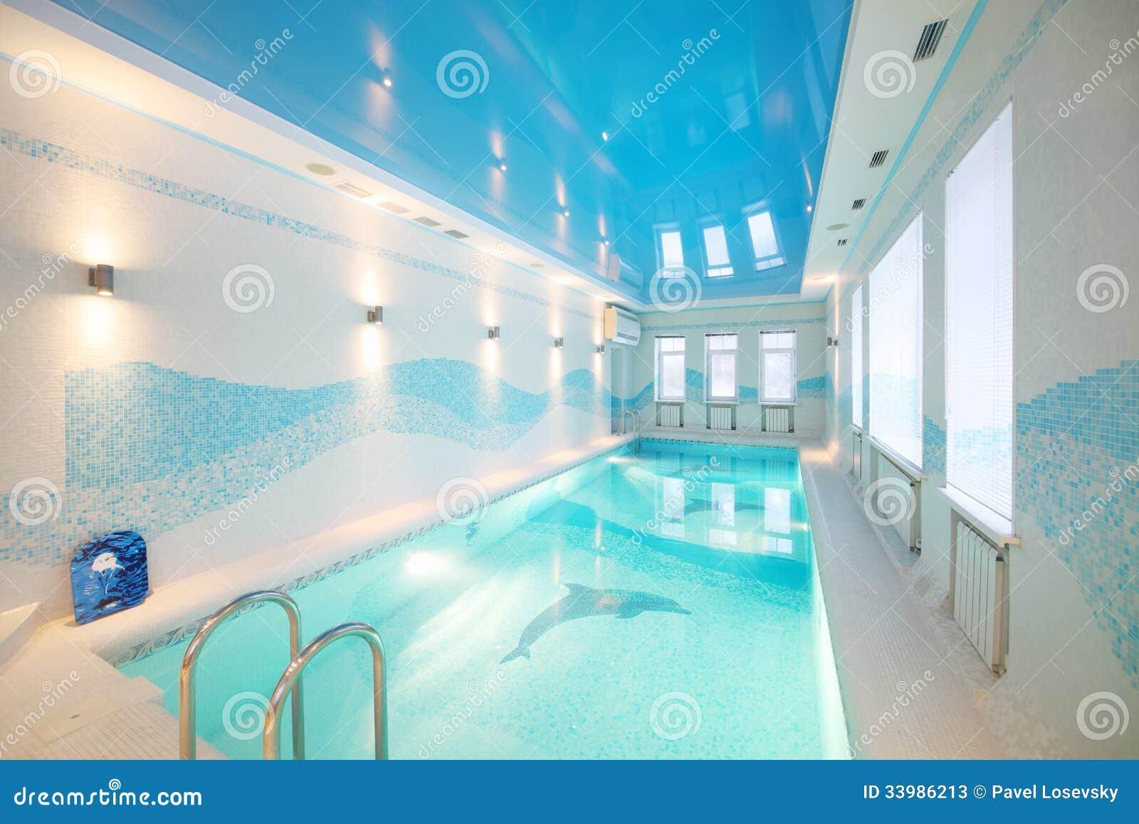 Крытый бассейн с изображениями дельфинов в основании и чистой воды