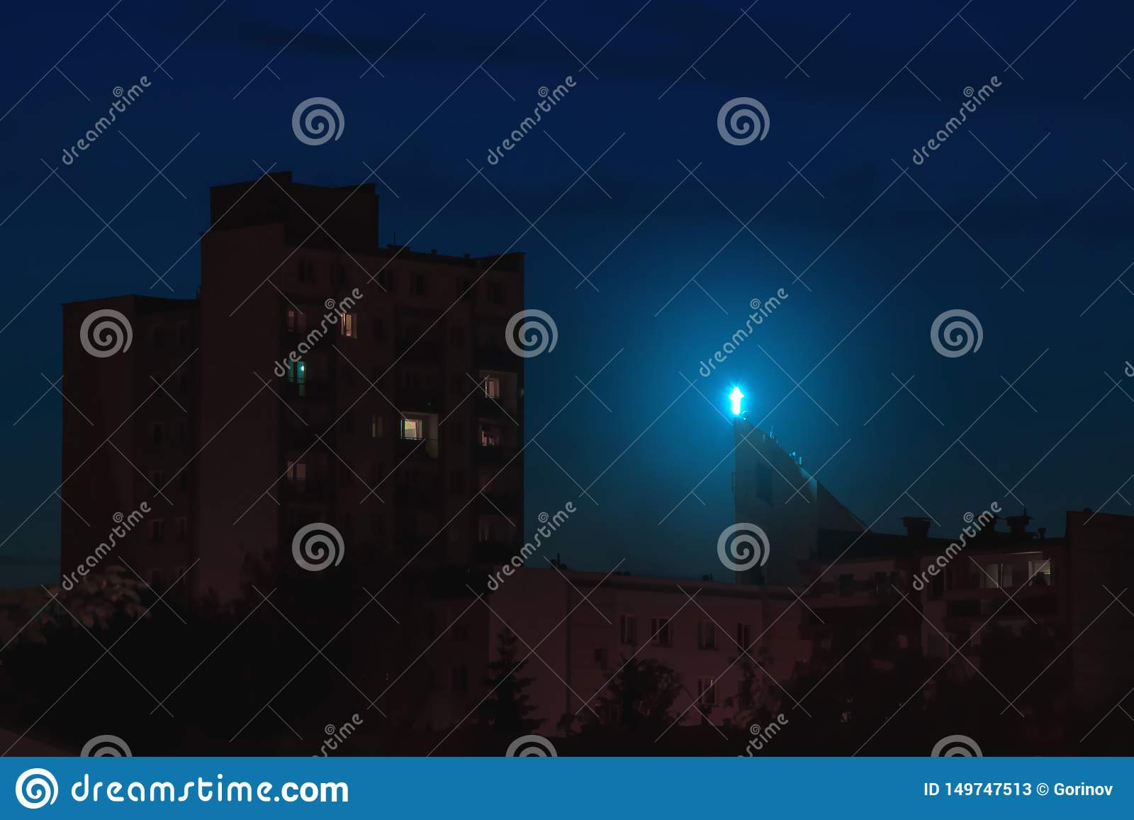 Крыша вероисповедания загоренная крестом высокая над зданиями города вечером