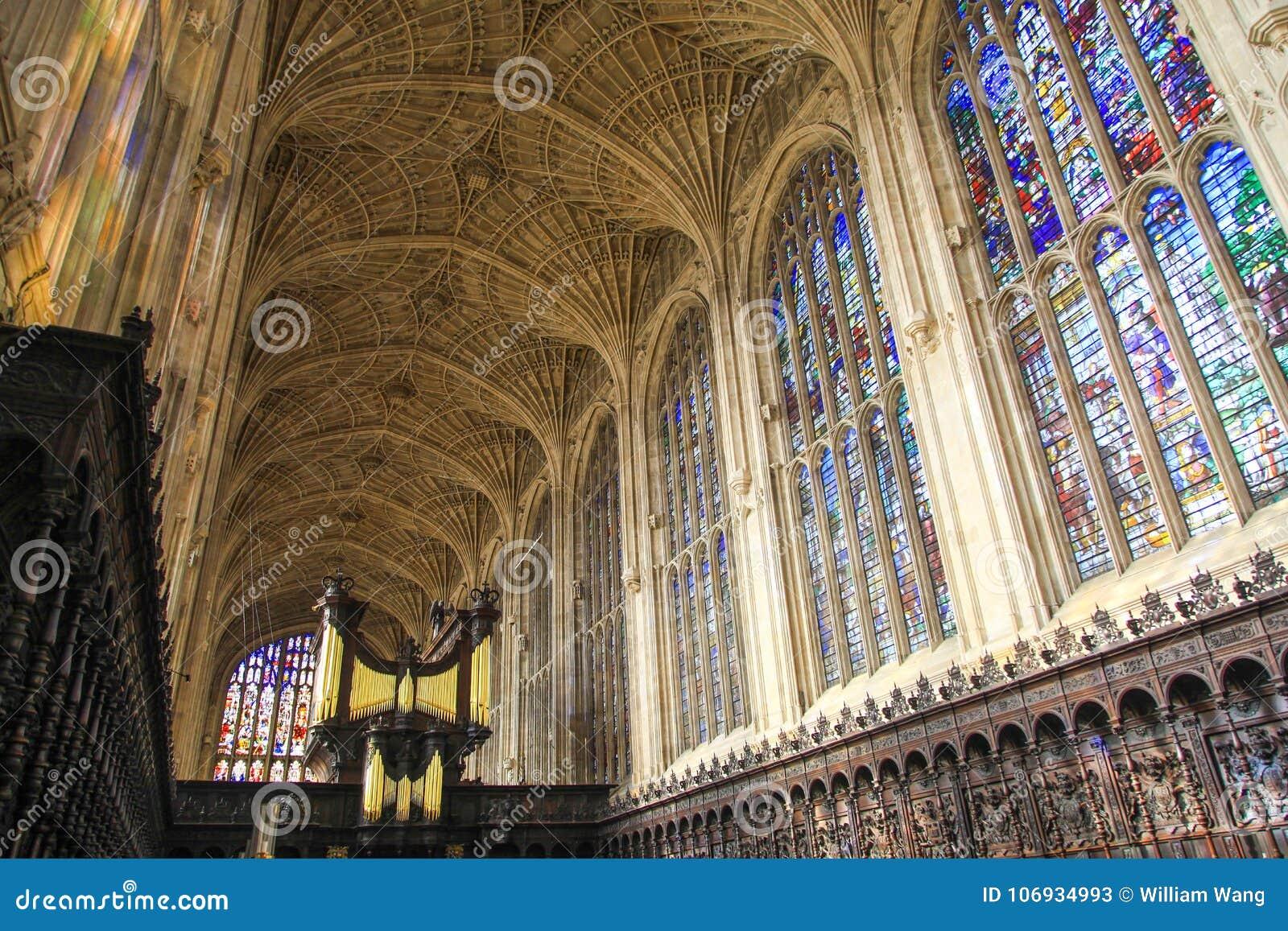 Крыша и красочное стекло часовни в коллеже ` s короля в Кембриджском университете