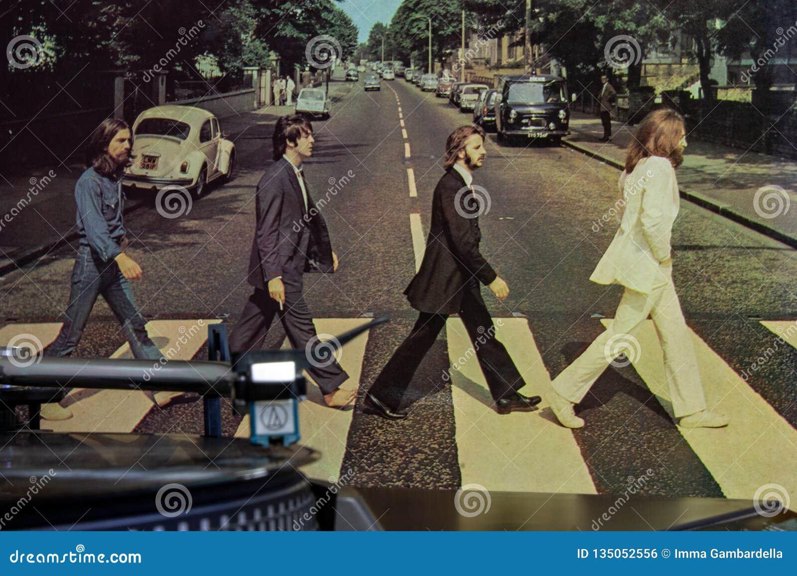 Крышка известного альбома дороги аббатства Beatles с turntable на переднем плане