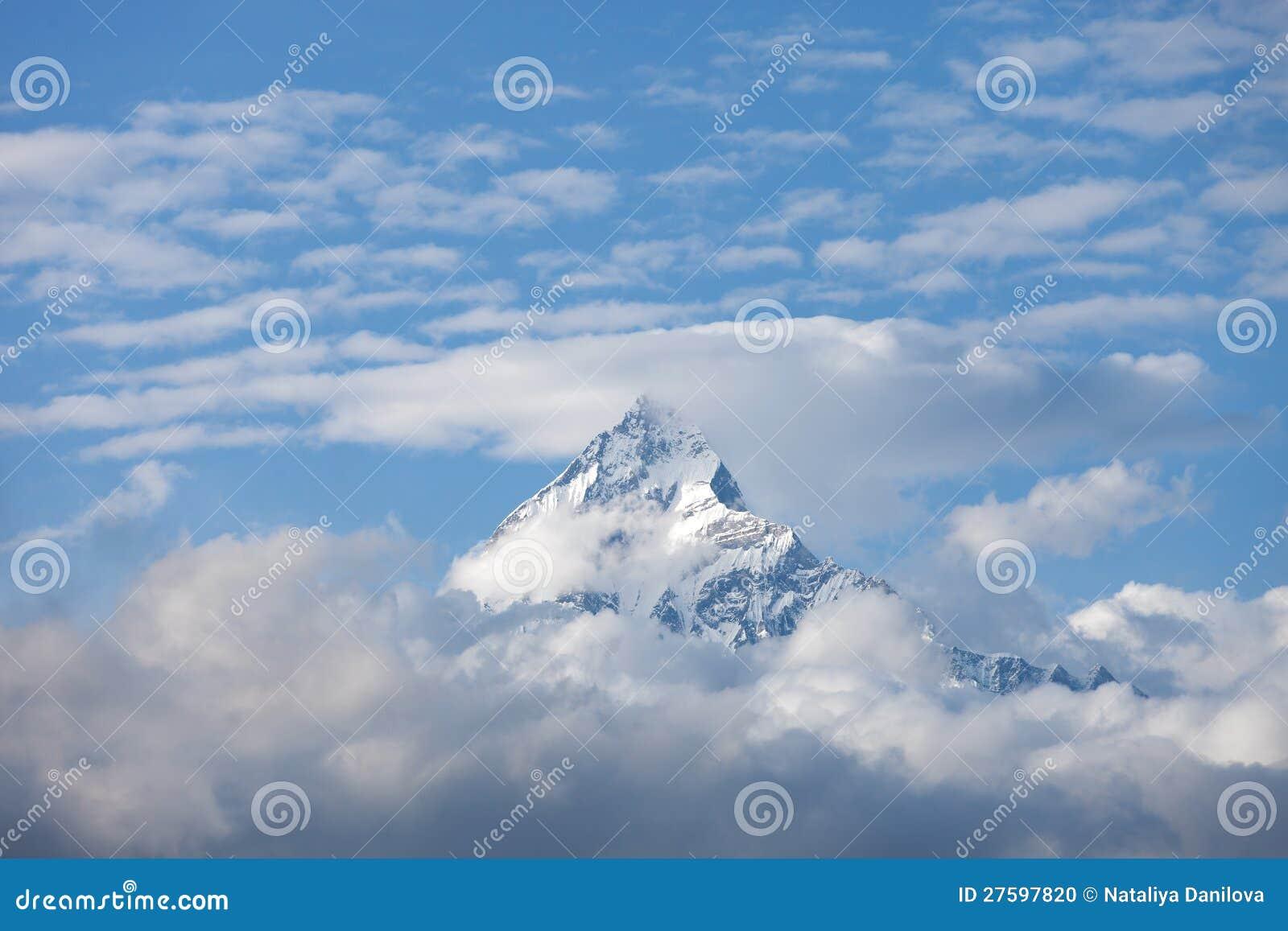 Крышка пика снежка горы пасмурная