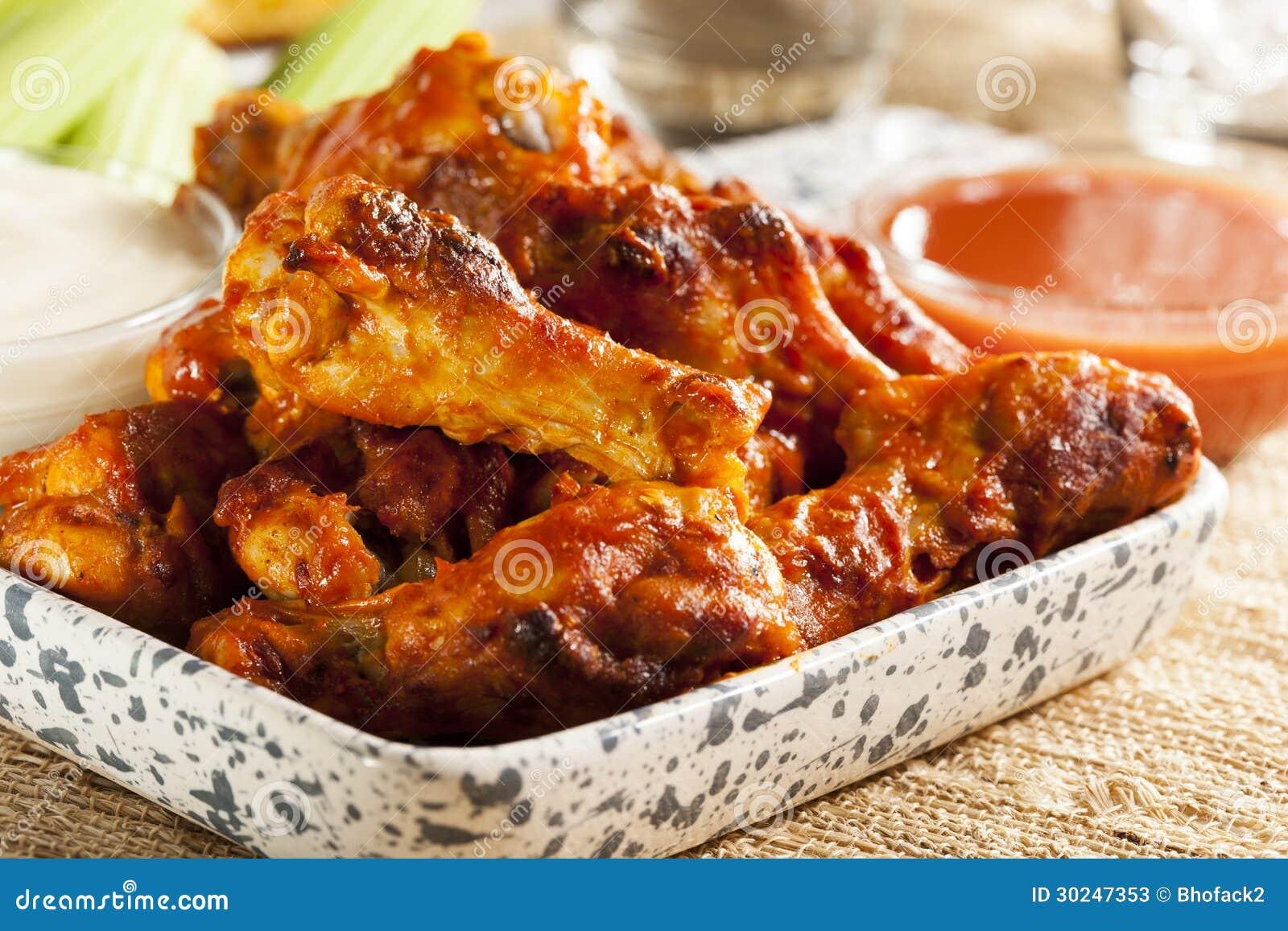 Крыла горячих и Spicey буйвола цыпленка