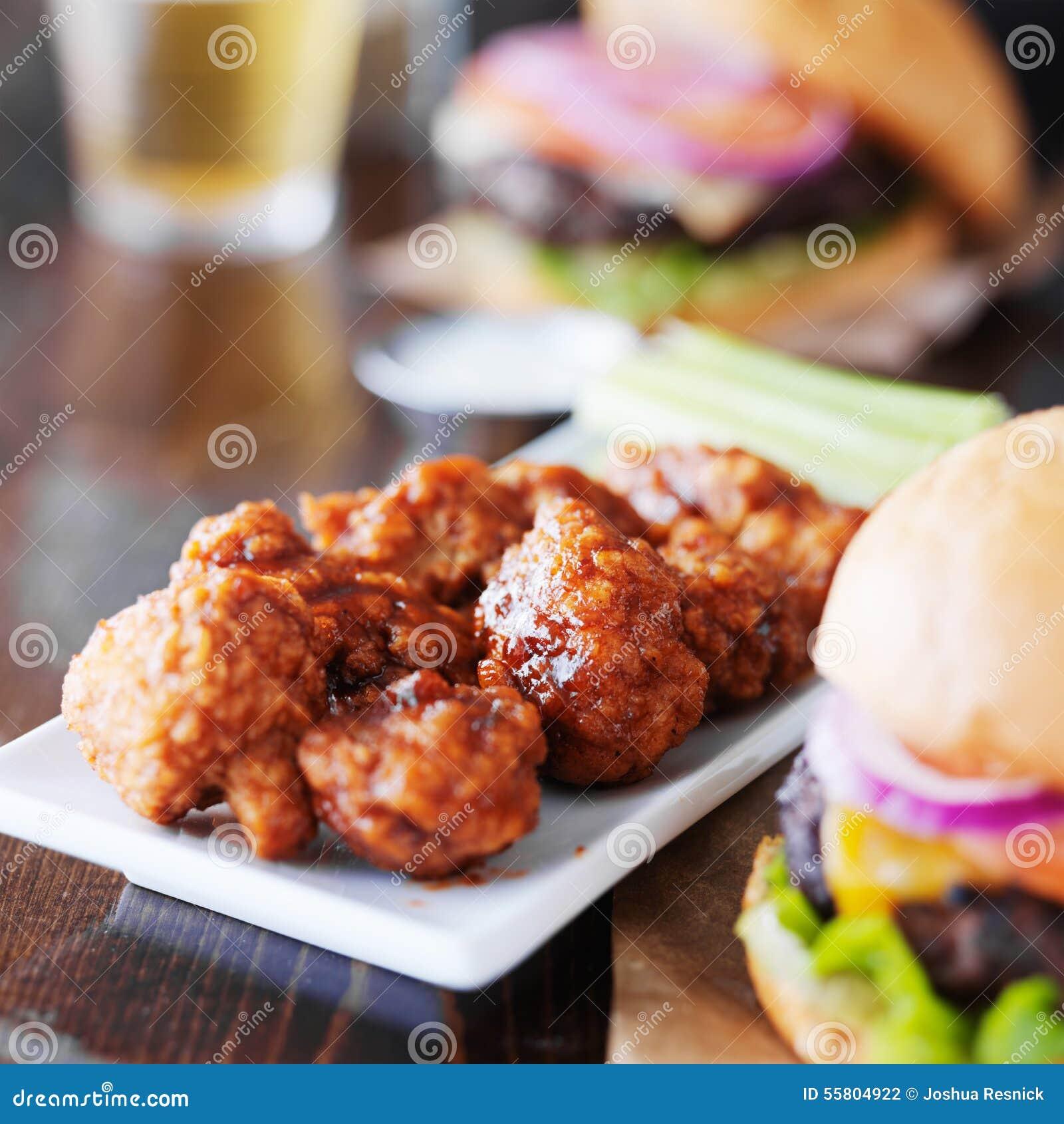 Крыла и гамбургеры барбекю бескостные