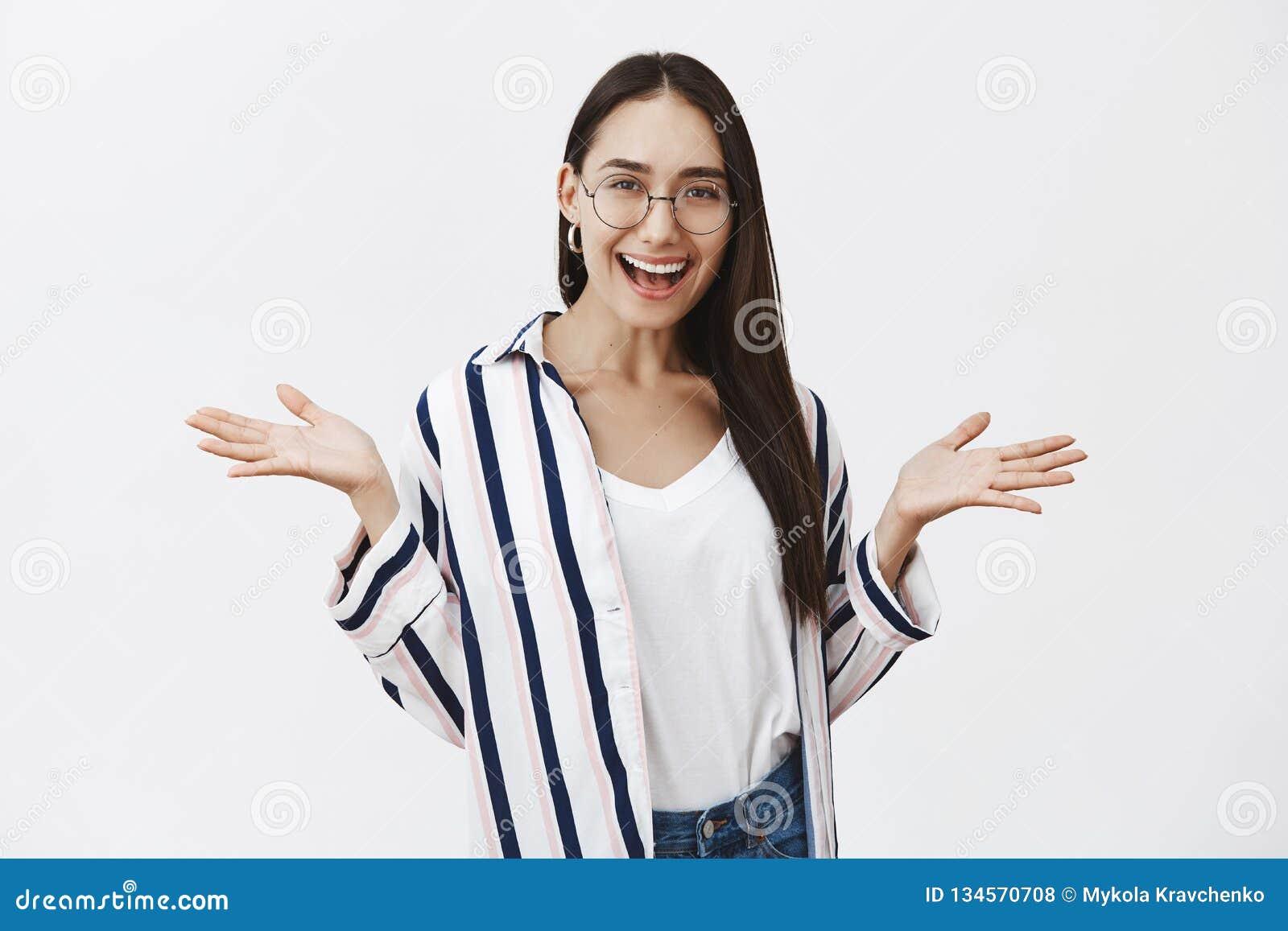 Кто заботит, позвольте нам имейте потеху Портрет позабавленной симпатичной беспечальной студентки в стильных striped рубашке и ст