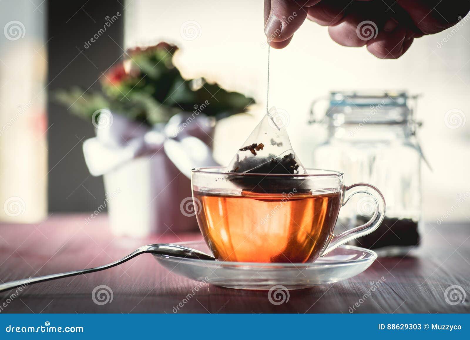 Кто-то подготавливая чай