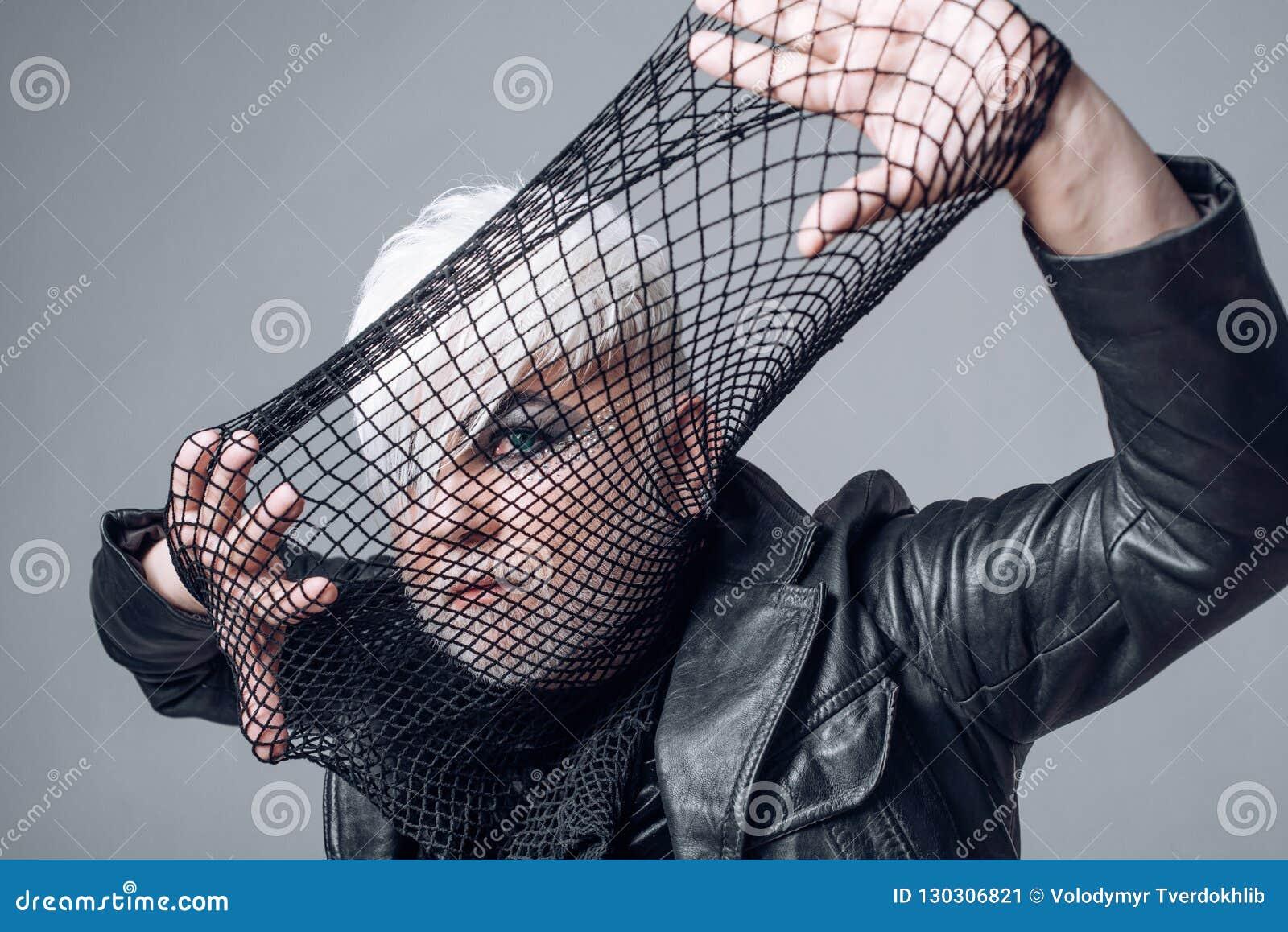 Кто хочет сыграть Сторона крышки человека трансгендерного с fishnet Мужской взгляд макияжа Мода фетиша Аксессуар моды BDSM