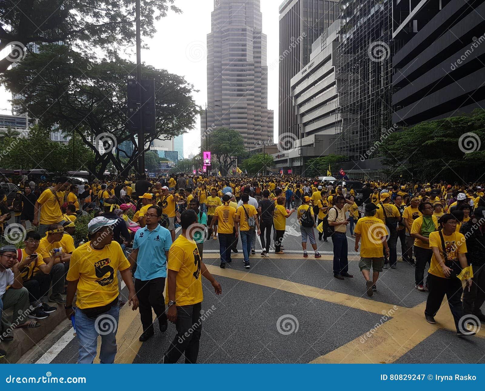 КУАЛА-ЛУМПУР, МАЛАЙЗИЯ - 19-ОЕ НОЯБРЯ 2016: Тысячи Bersih 5 протестующих на улицах города