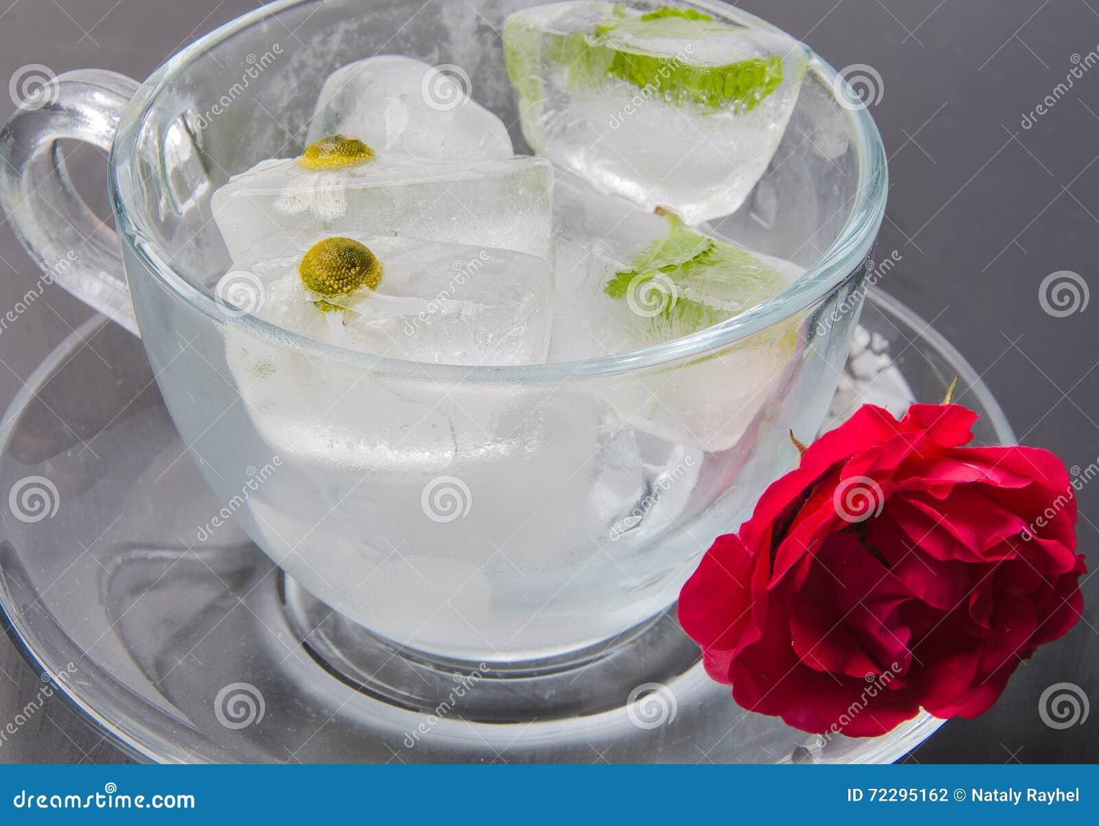 Download кубики морозят плавить стоковое фото. изображение насчитывающей свет - 72295162