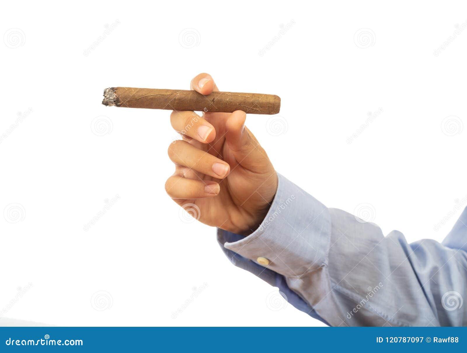 Кубинськая сигара в мужской руке изолированной на белой предпосылке, пути клиппирования