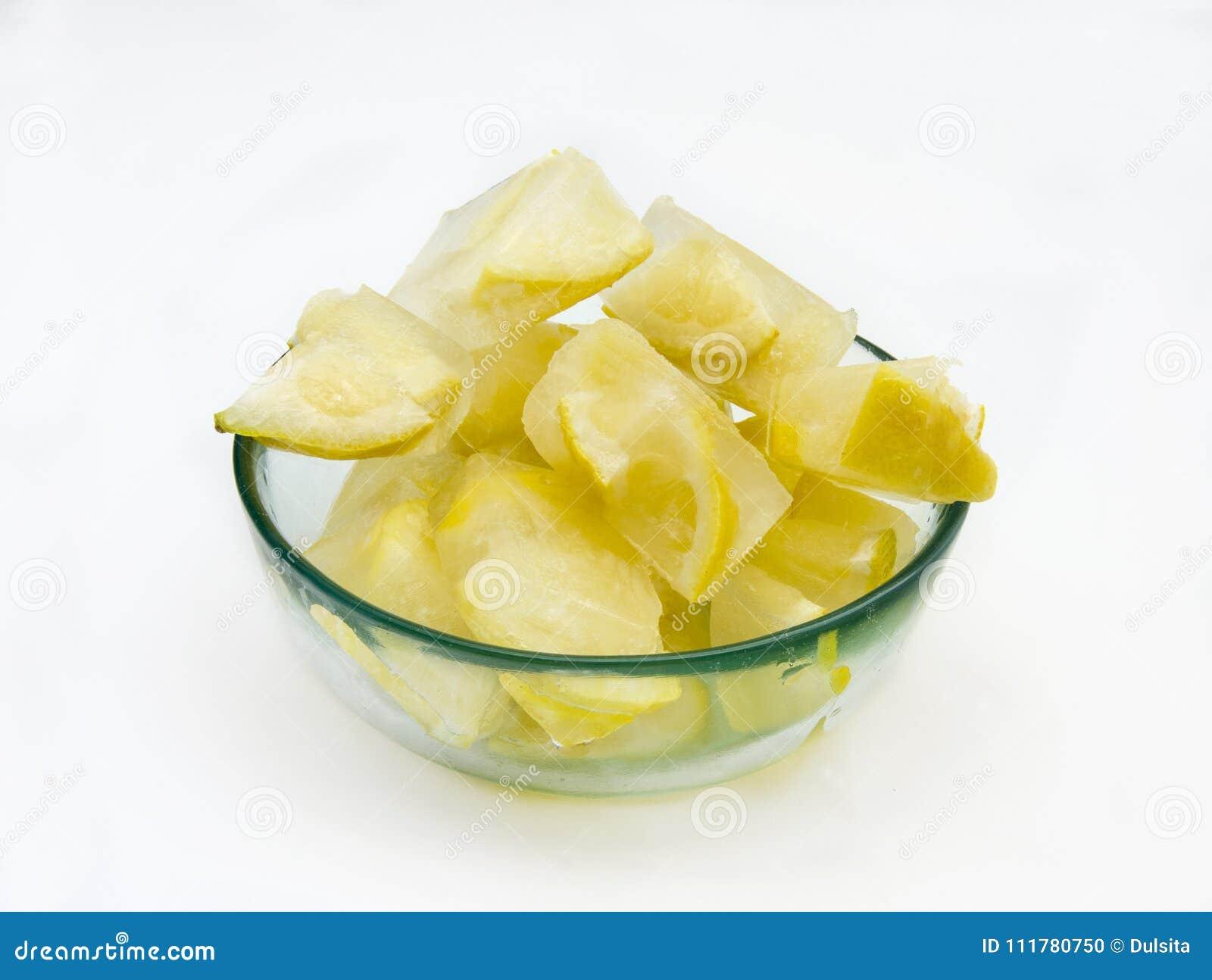 Кубы льда с лимонами